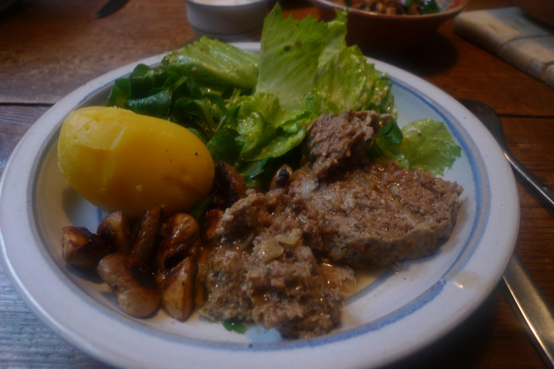 8.2.13-Hackbraten-Salate-Kartoffel-Pilze