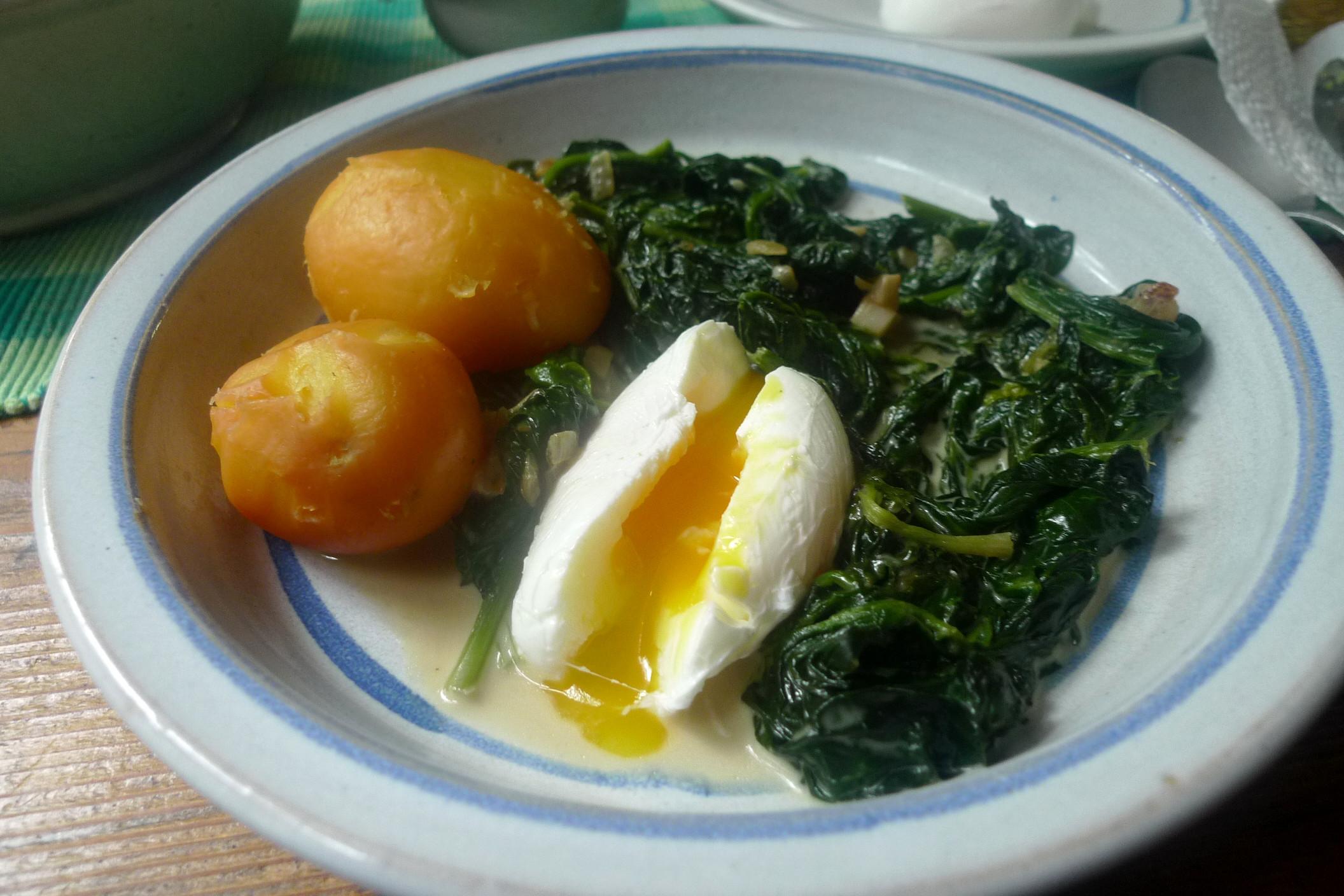 Heldunger frischer Spinat-Heldrunger Kartoffeln-pochiertes Ei