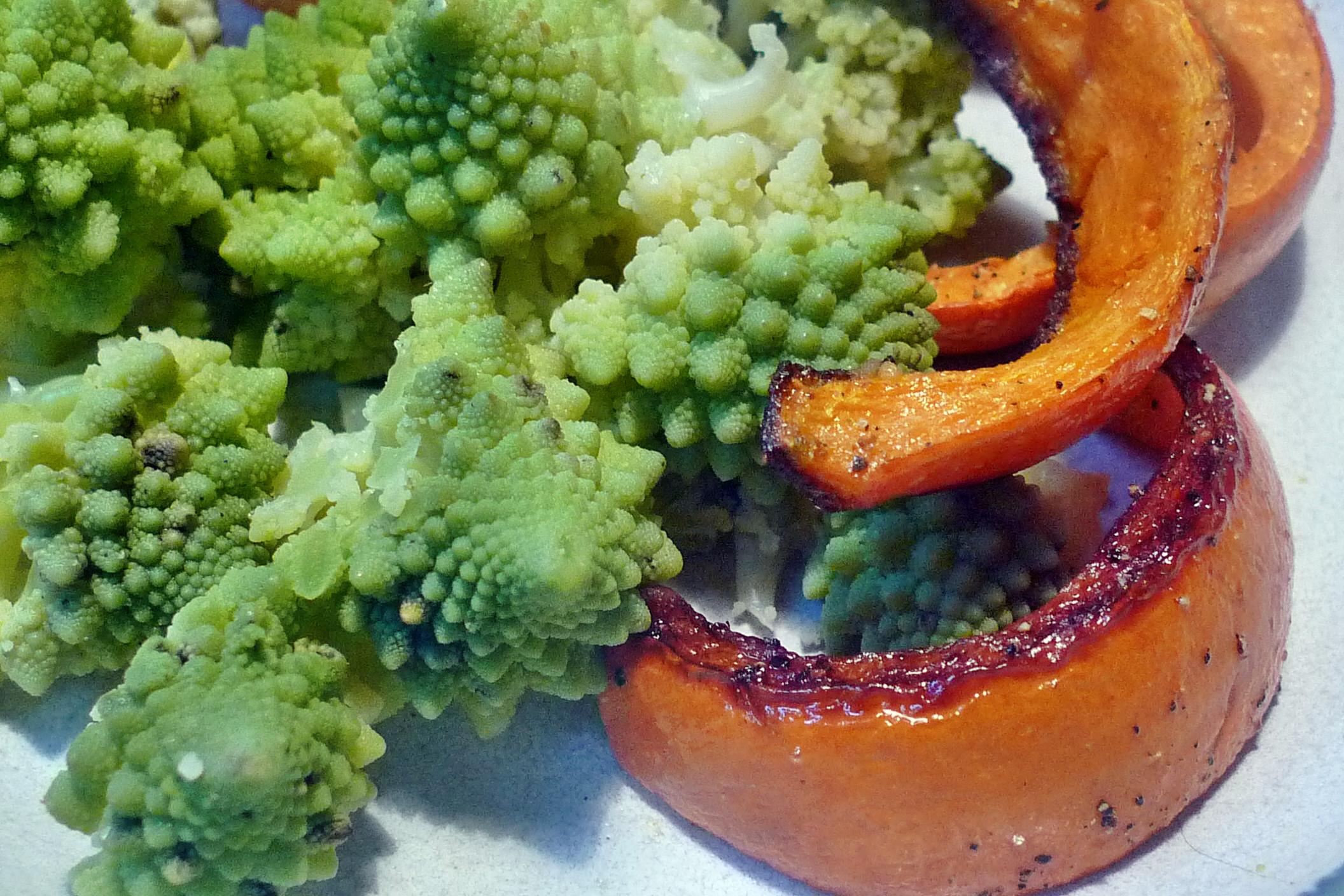 Schnelles Mittagessen-Romanesco-Kürbisspalten-Kartoffeln