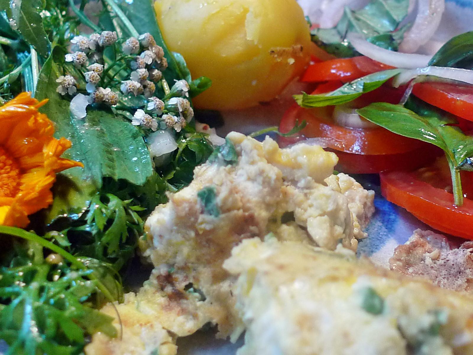 Rührei-Wildkräutersalat-Tomatensalat-Kartoffeln-25.7.14   (13)