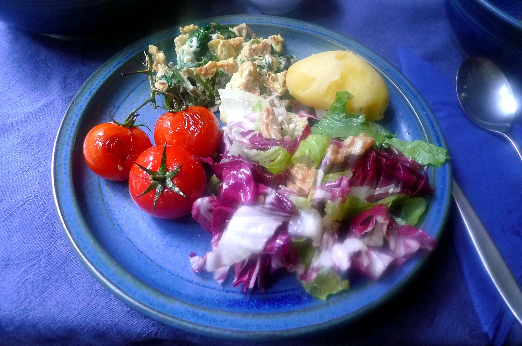 Spinat mit Rührei,Salat,Kartoffel,gebratene Tomaten -- 11.9.14   (14)