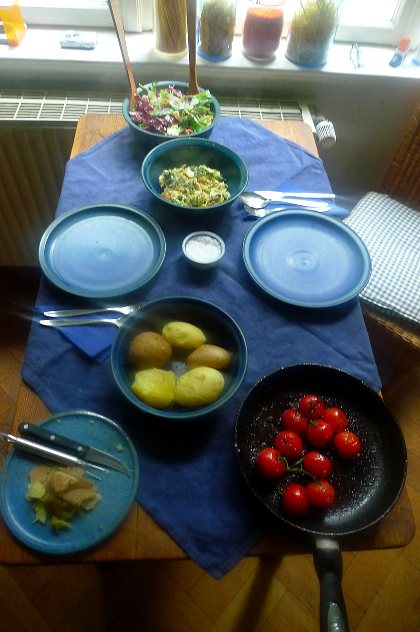 Spinat mit Rührei,Salat,Kartoffel,gebratene Tomaten -- 11.9.14   (2)