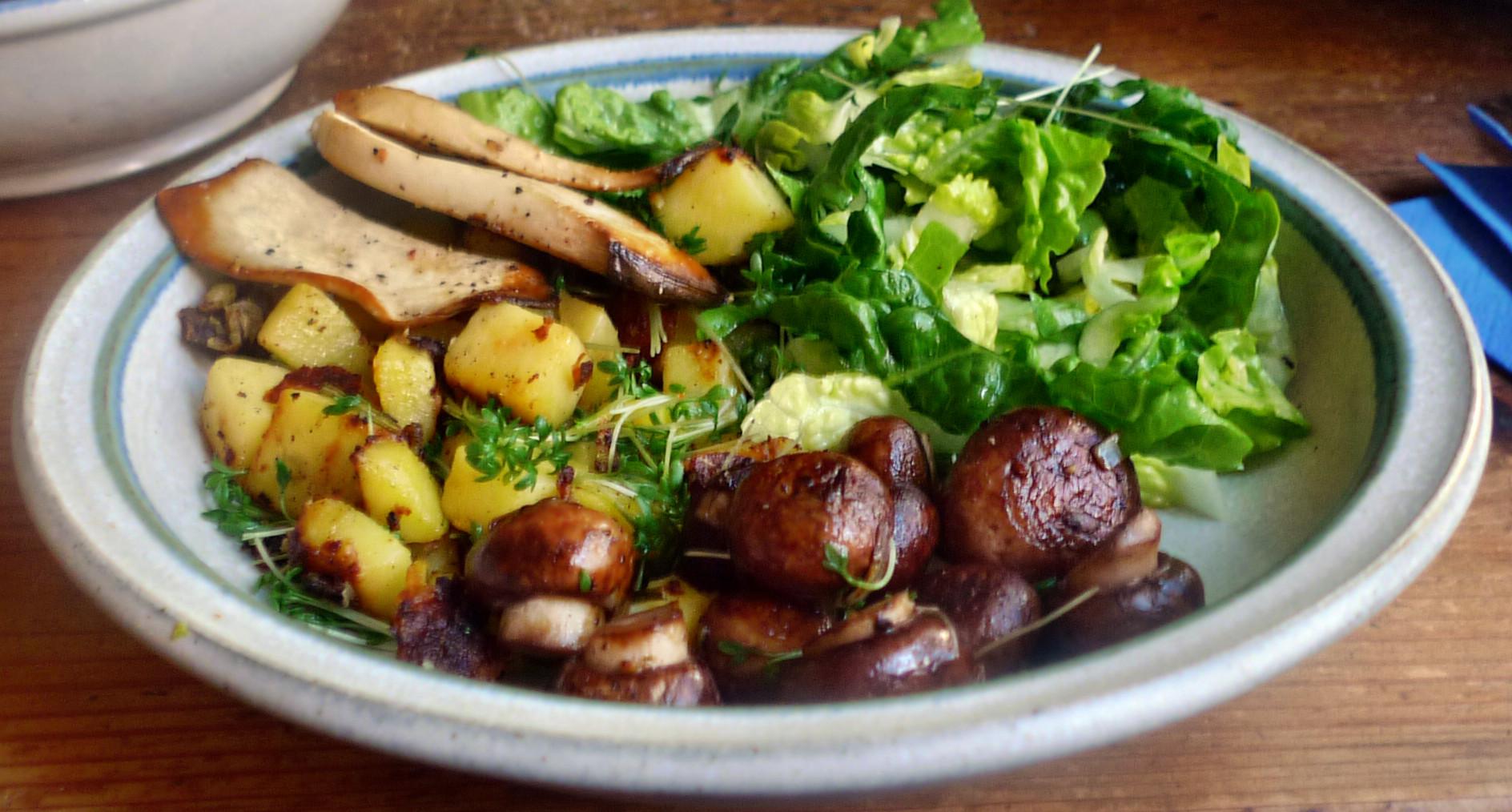 Roh gebratene Kartoffeln,Kräutersaitlinge,Champignon,Römersalat - 26.2.15   (1)