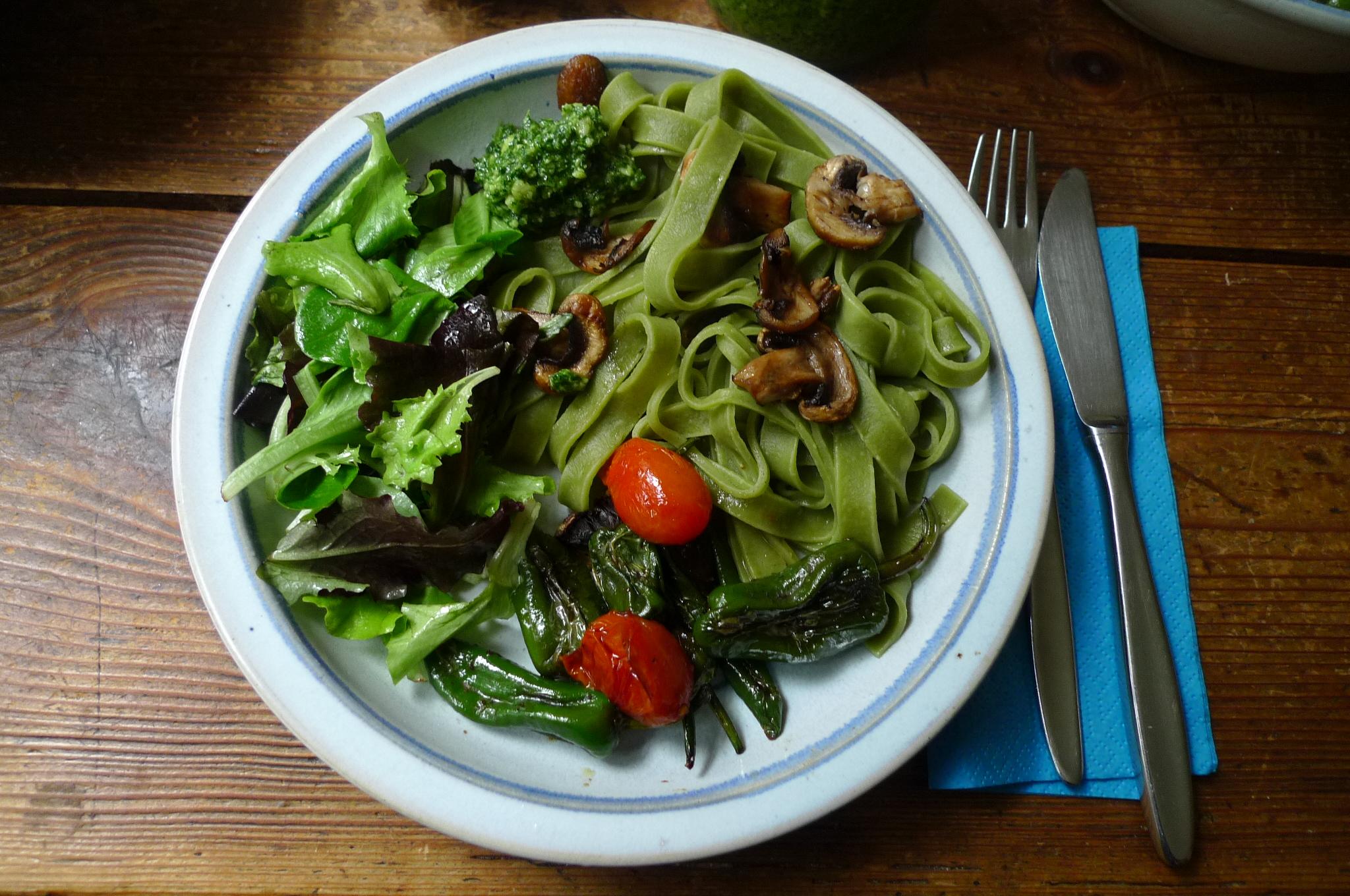 Grüne Nudeln,Ruccolapesto,Pilze,Bratpaprika,Salat-8.3.15   (1)