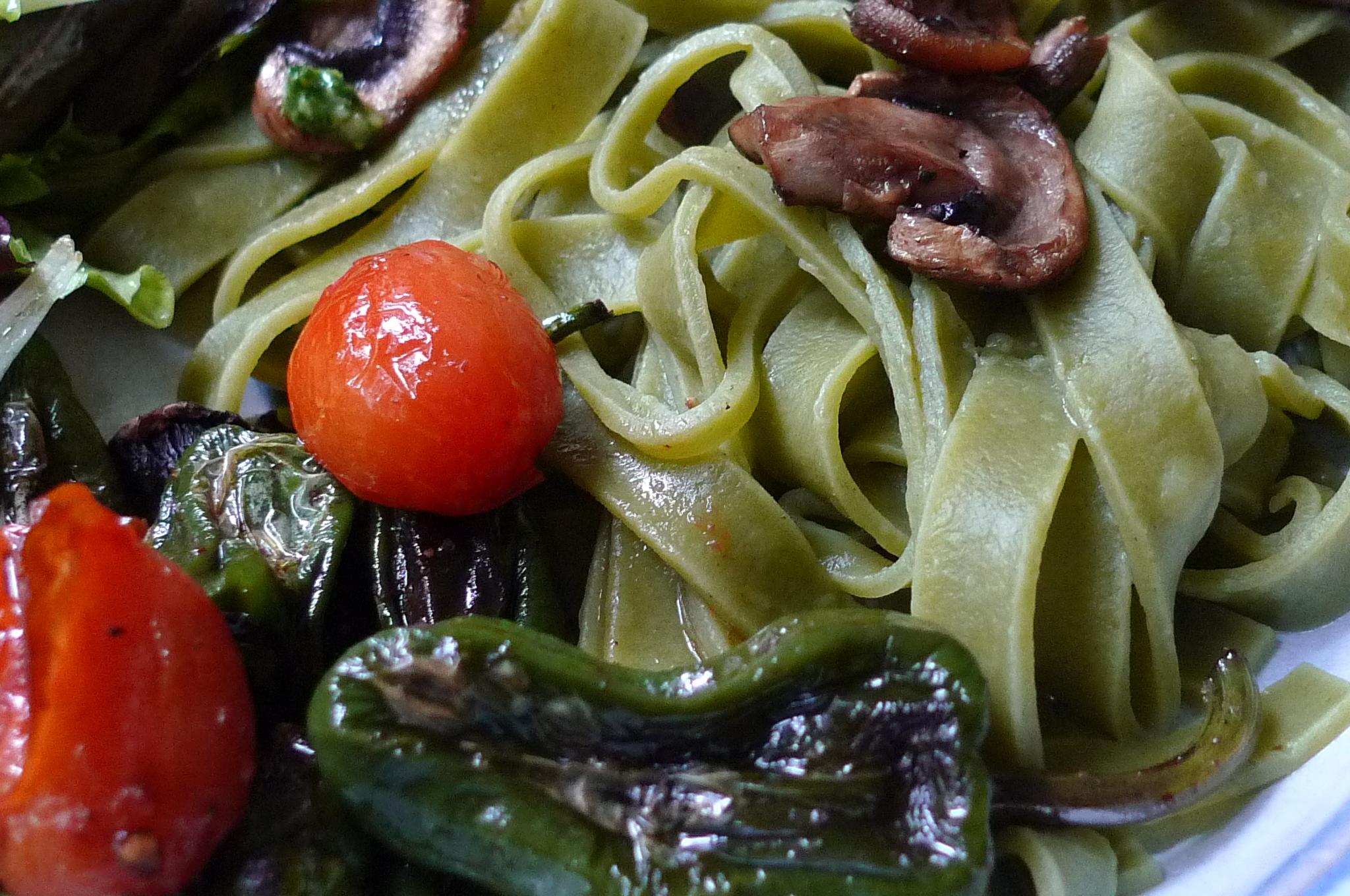 Grüne Nudeln,Ruccolapesto,Pilze,Bratpaprika,Salat-8.3.15   (12)
