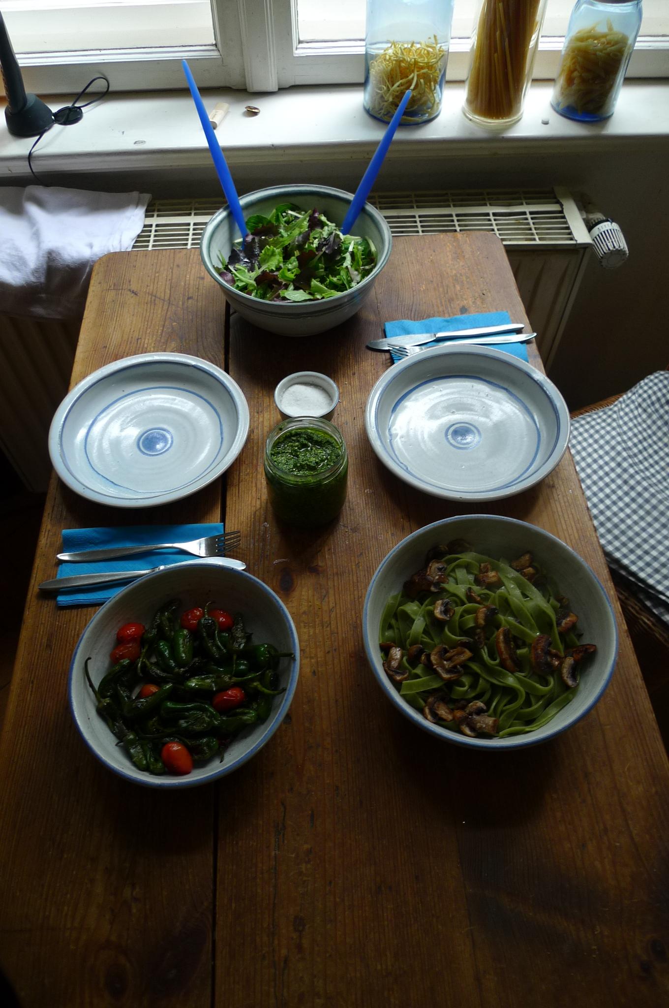 Grüne Nudeln,Ruccolapesto,Pilze,Bratpaprika,Salat-8.3.15   (8)