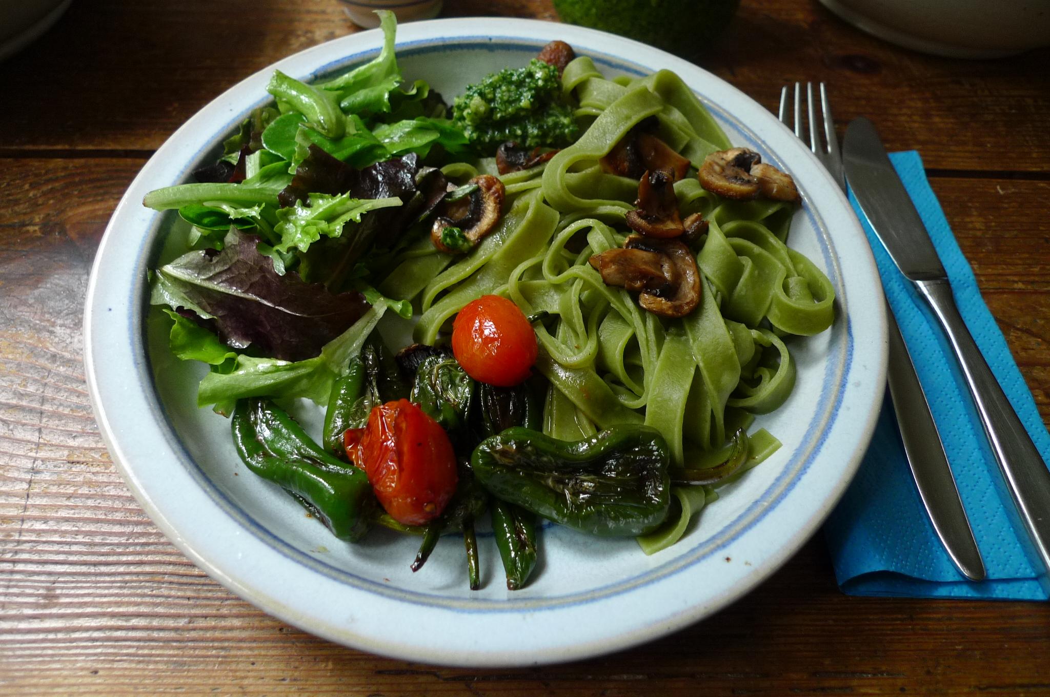 Grüne Nudeln,Ruccolapesto,Pilze,Bratpaprika,Salat-8.3.15   (9)