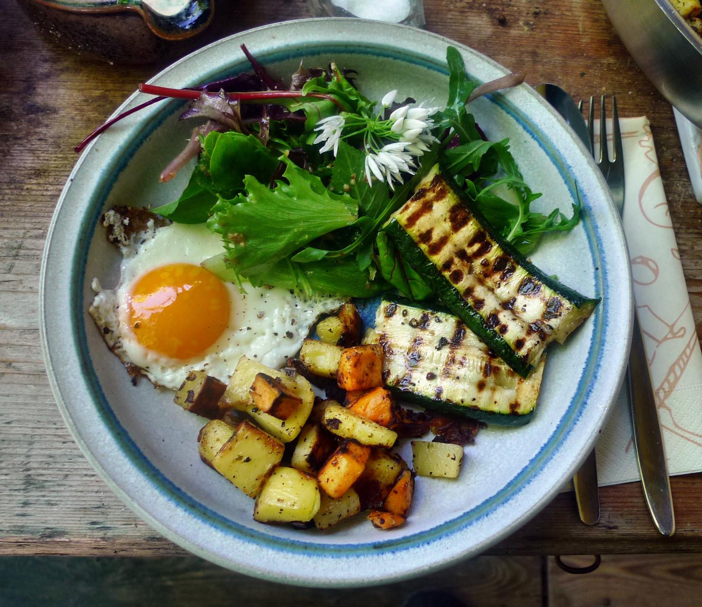Bratkartoffel,Salat,Spiegelei,Dip,Zucchini - 13.5.15   (14)