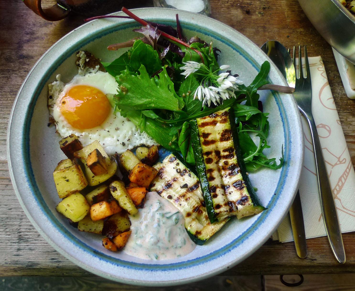 Bratkartoffel,Salat,Spiegelei,Dip,Zucchini - 13.5.15   (15)