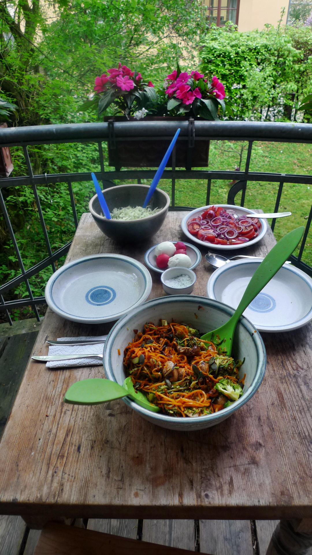 Gemüsespaghetti mit Champignon,Kohlrabisalat,Tomatensalat,vegan -5.5.15   (10)