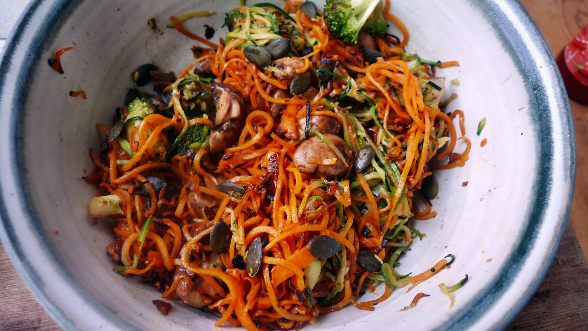 Gemüsespaghetti mit Champignon,Kohlrabisalat,Tomatensalat,vegan -5.5.15   (11)