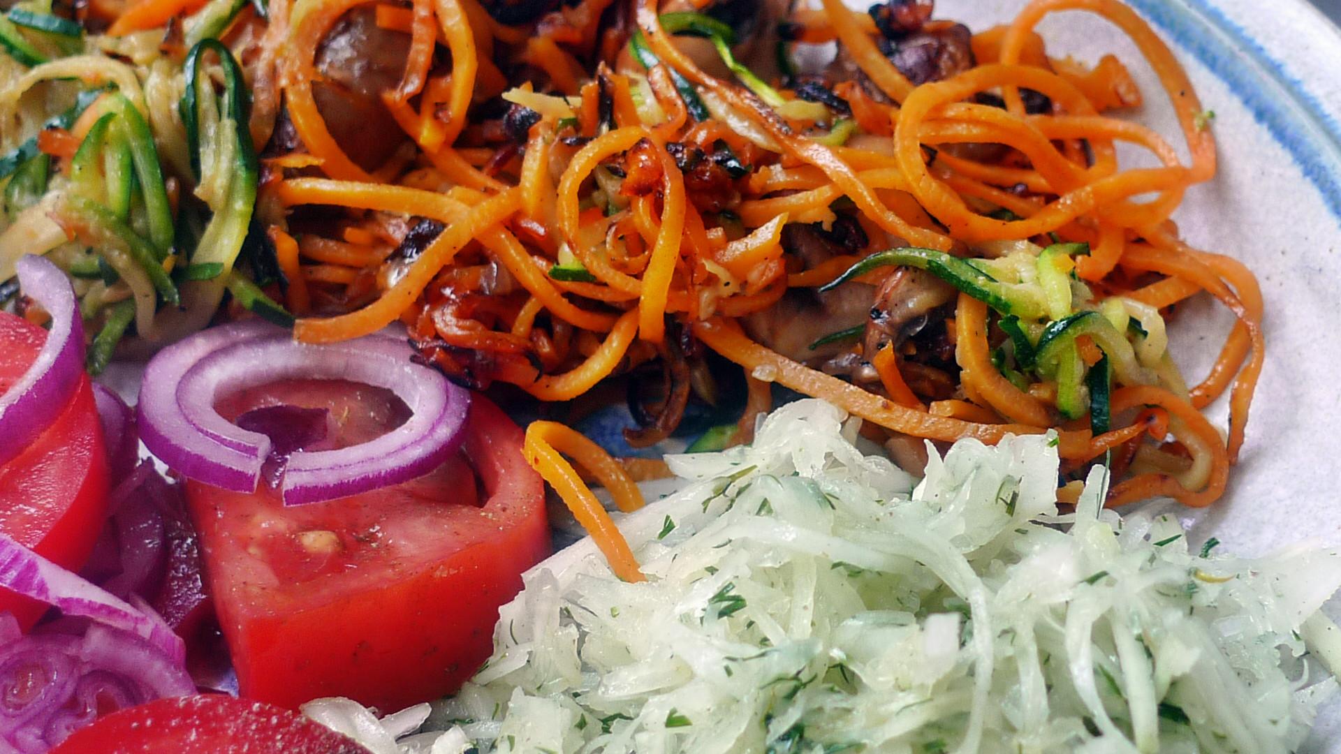 Gemüsespaghetti mit Champignon,Kohlrabisalat,Tomatensalat,vegan -5.5.15   (14)