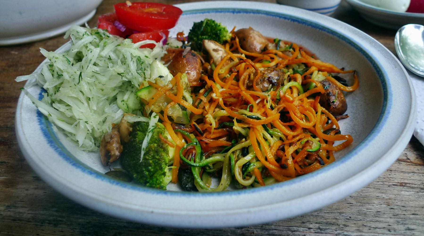 Gemüsespaghetti mit Champignon,Kohlrabisalat,Tomatensalat,vegan -5.5.15   (16)