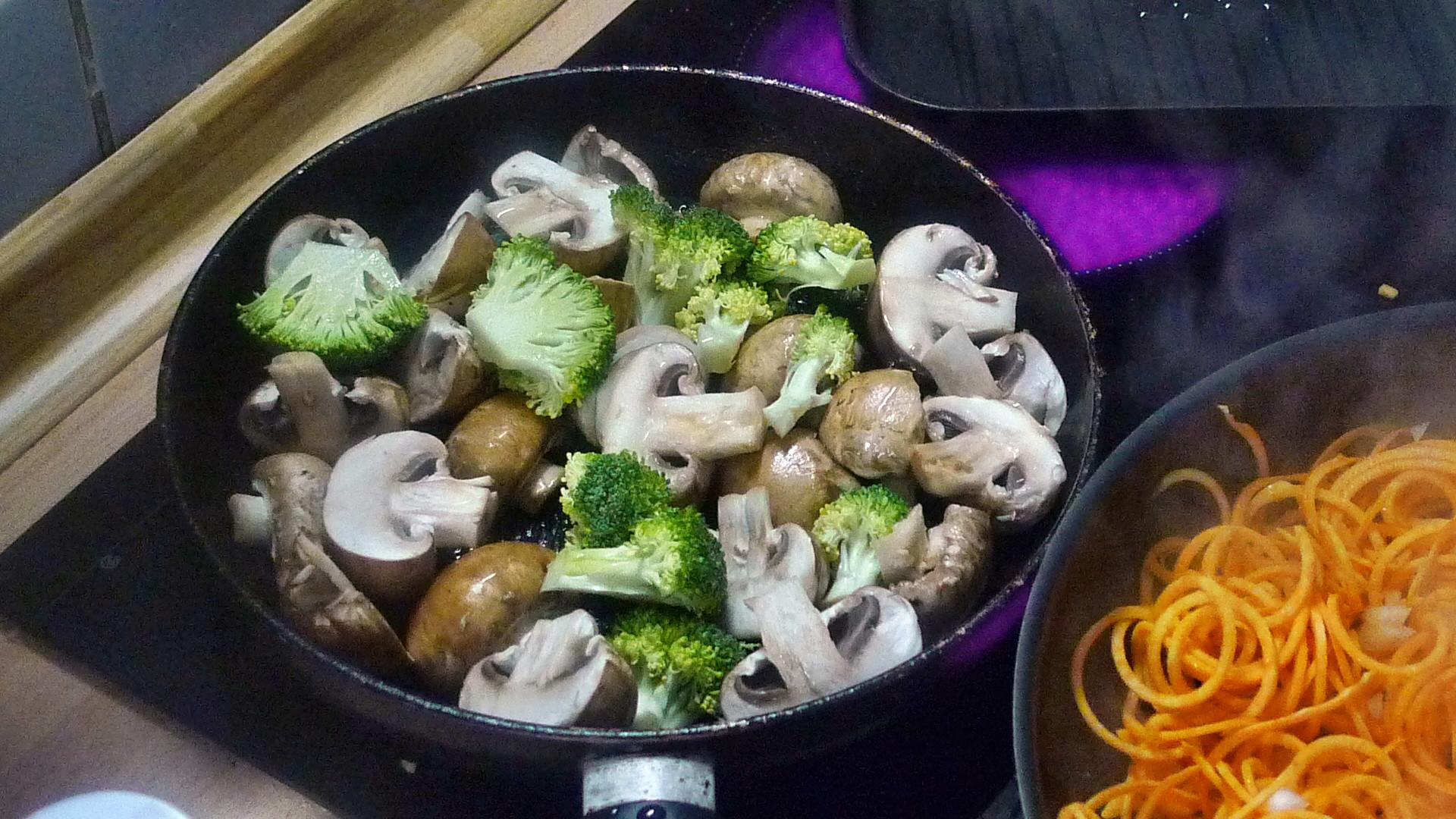 Gemüsespaghetti mit Champignon,Kohlrabisalat,Tomatensalat,vegan -5.5.15   (6)