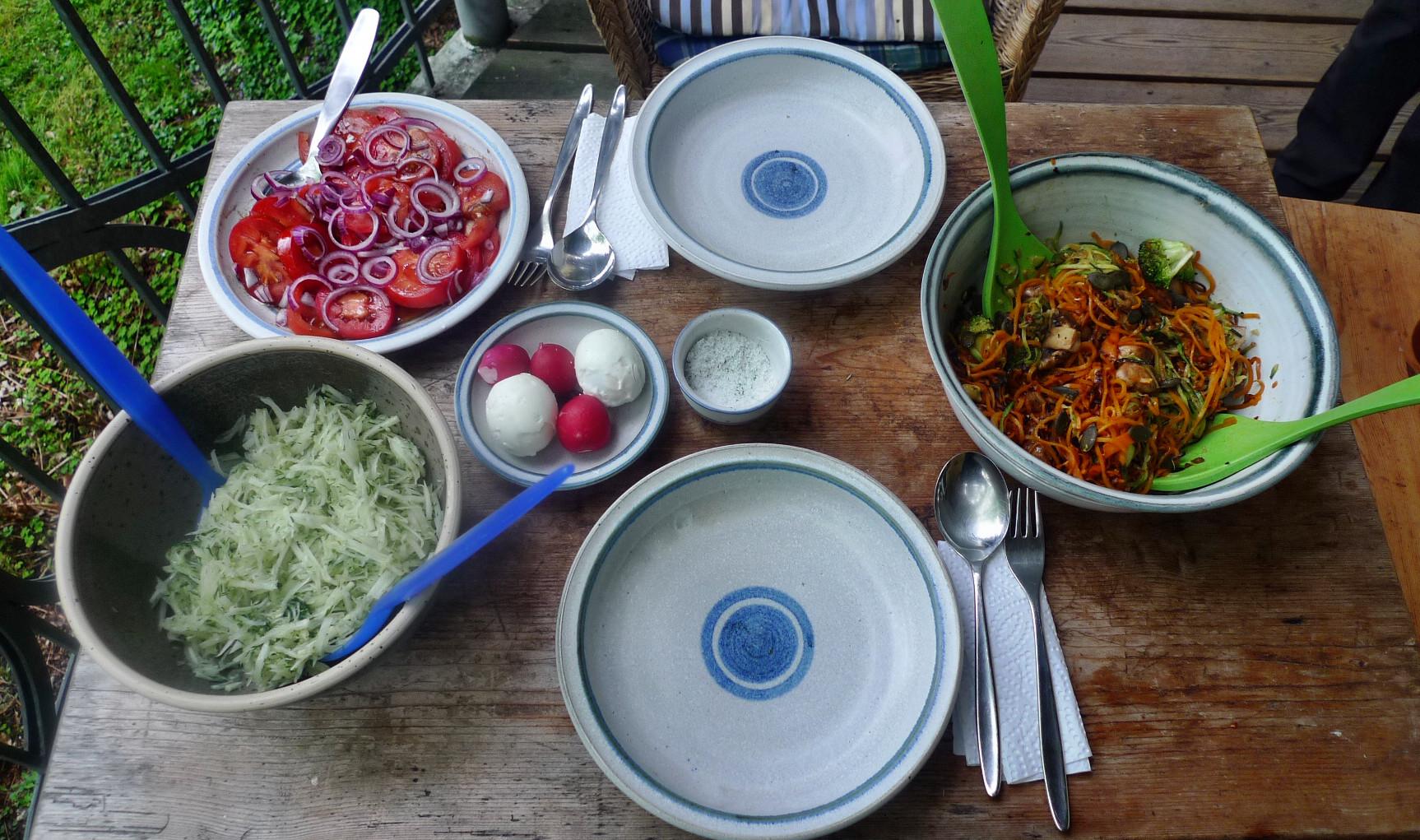 Gemüsespaghetti mit Champignon,Kohlrabisalat,Tomatensalat,vegan -5.5.15   (9)