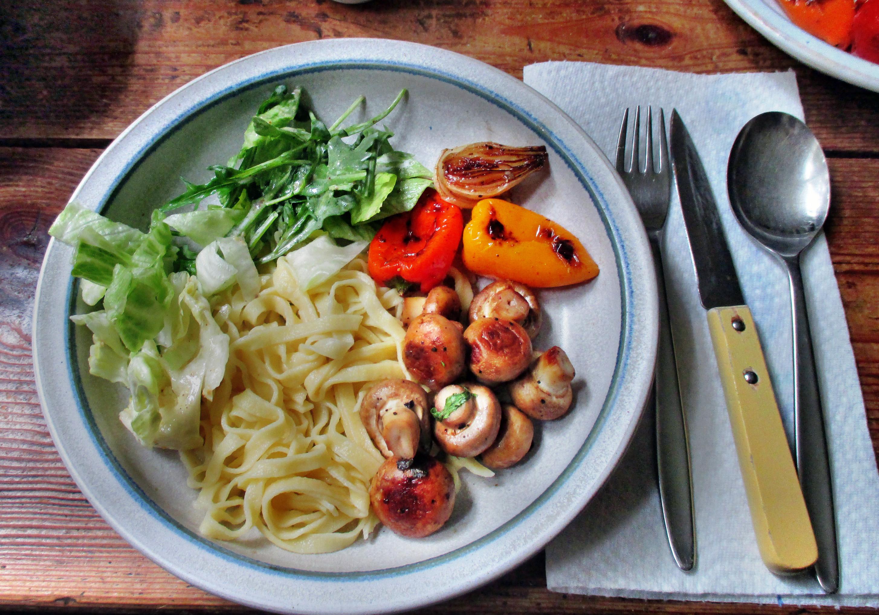 selbstgemachte Nudeln,Champignon,Bratpaprika,Salat -21.6.15   (1)
