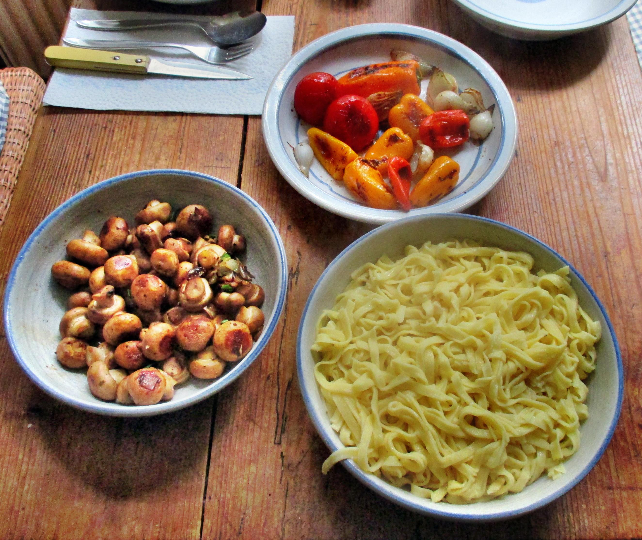 selbstgemachte Nudeln,Champignon,Bratpaprika,Salat -21.6.15   (13)