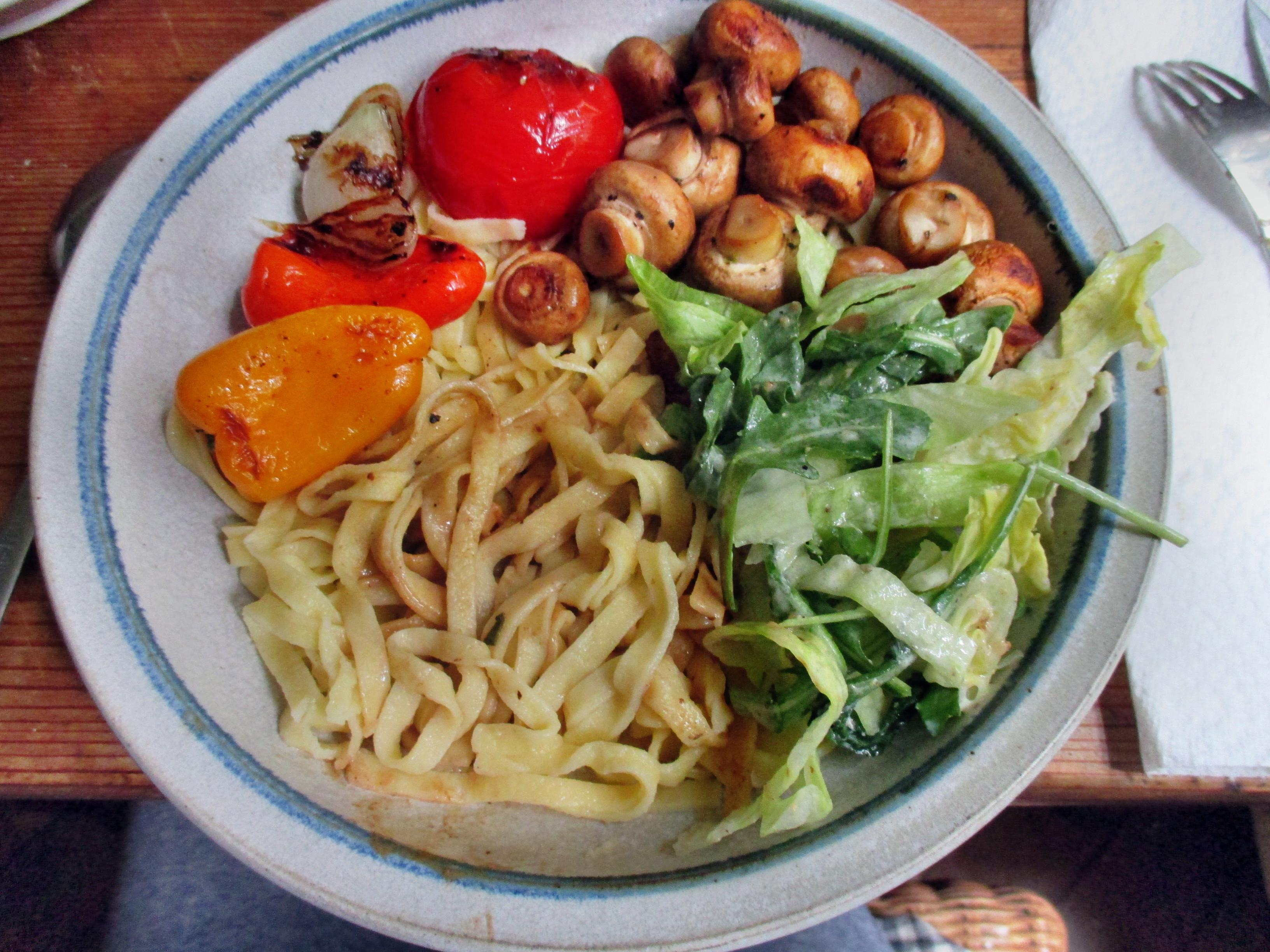 selbstgemachte Nudeln,Champignon,Bratpaprika,Salat -21.6.15   (15)