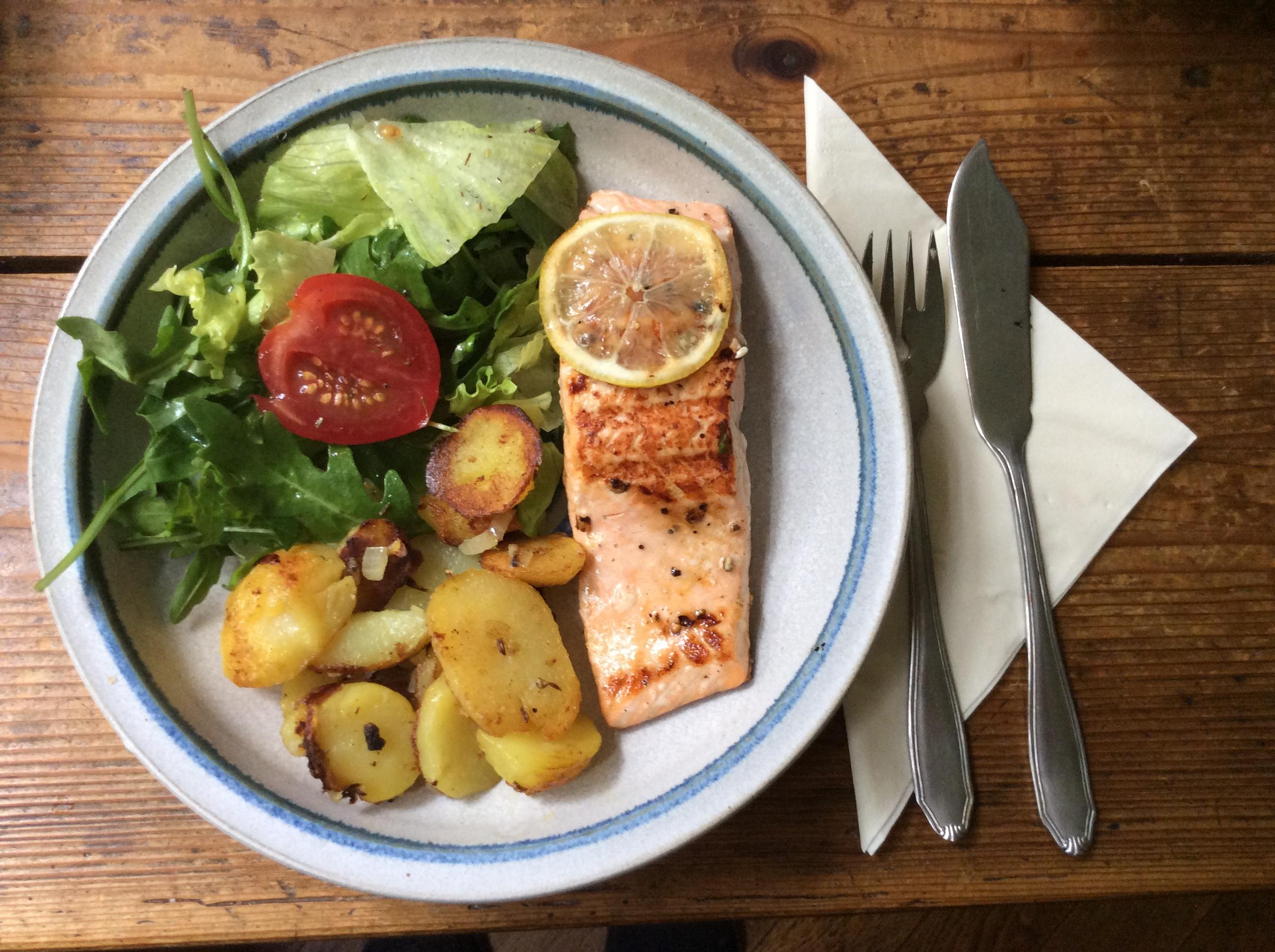 Lachs,Bratkartoffel,Salat. - 28.8.15   (1)