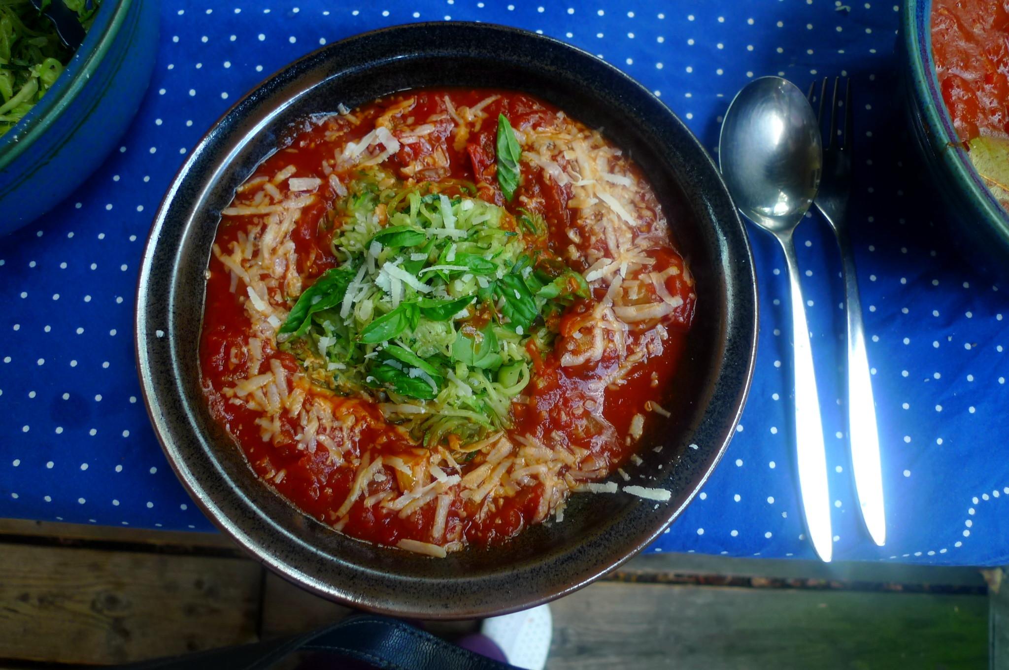Zucchinispagetthi,Tomatensauce,veganvegetarisch -15.8.15 (1)