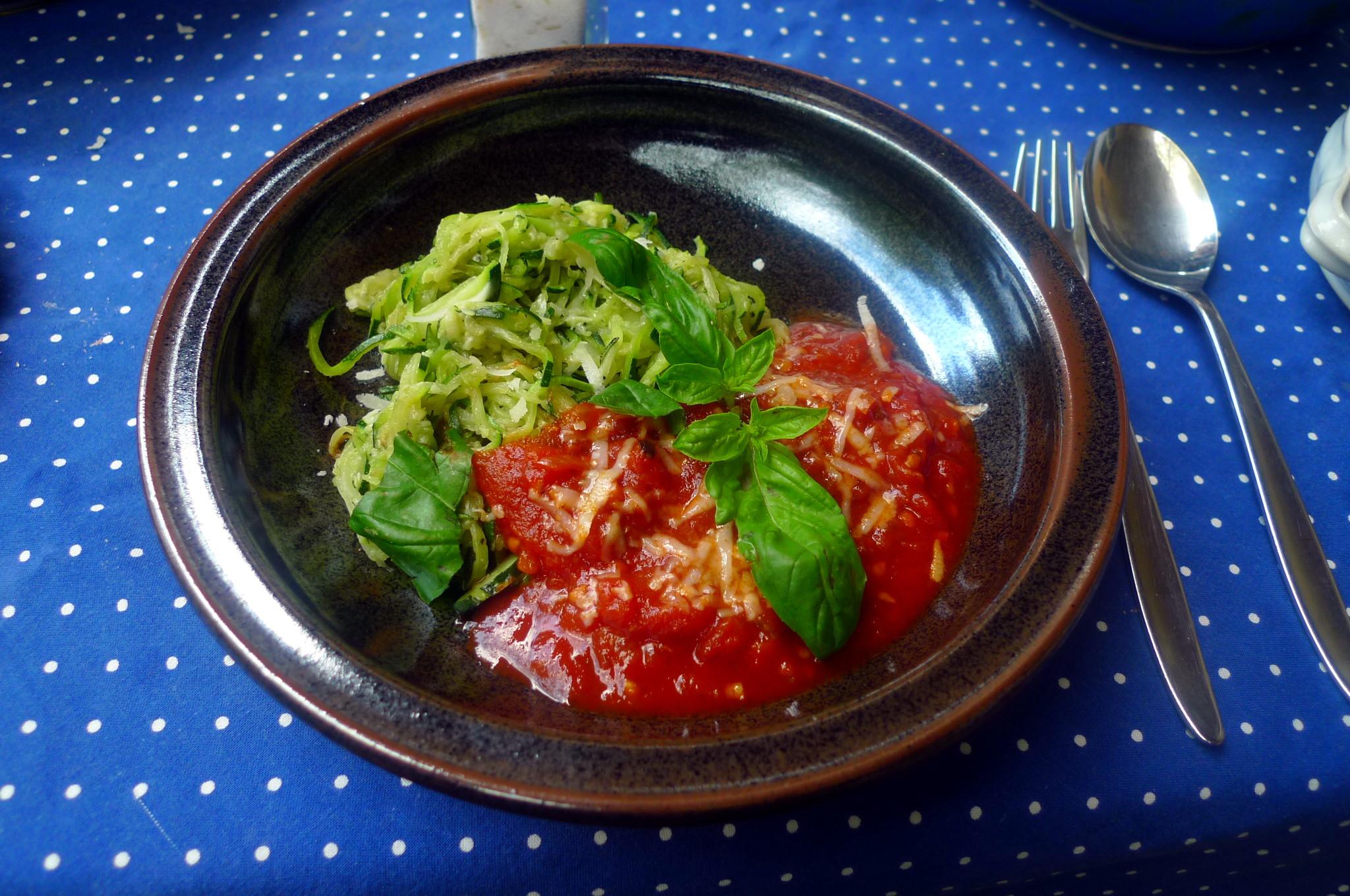 Zucchinispagetthi,Tomatensauce,veganvegetarisch -15.8.15 (15)