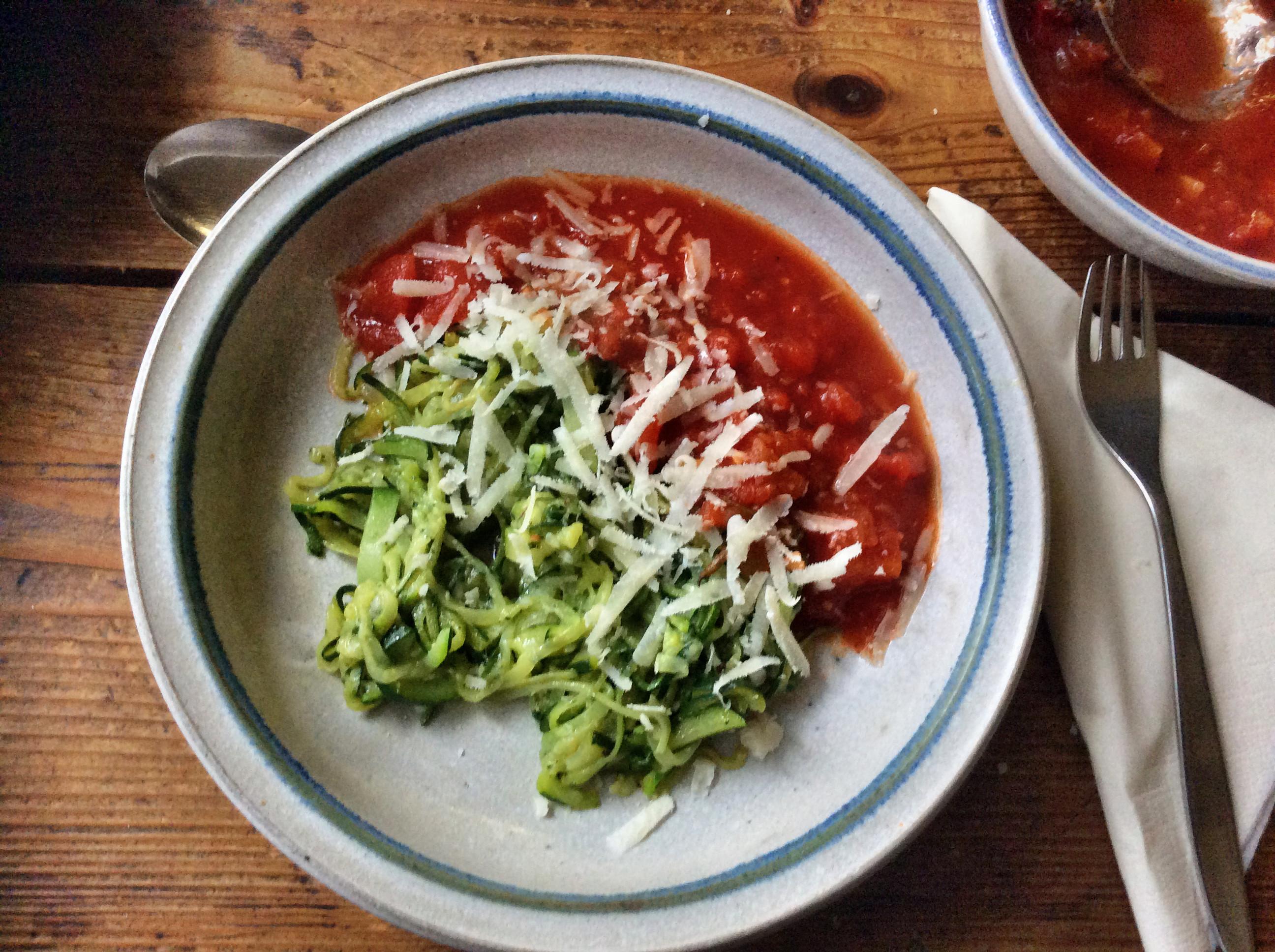 Zucchinispaghetti ,Tomatensoße,vegetarisch - 9.11.15   (1)