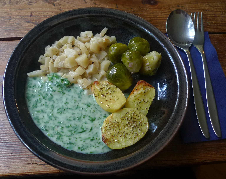1.2.16 - Wurzelgemüse,Petersiliensoße,Ofenkartoffeln,Rosenkohlsalat,vegetarisch (1)