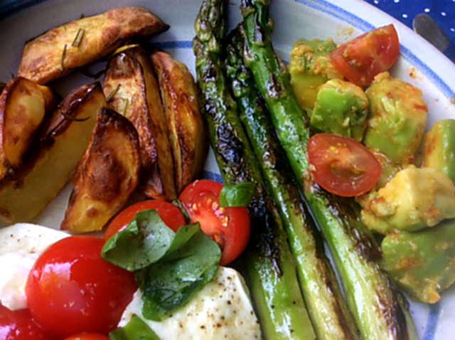 11.6.16 - Grüner Spargel,Ofenkartoffeln,Tomaten,Avocado,vegetarisch (1b)
