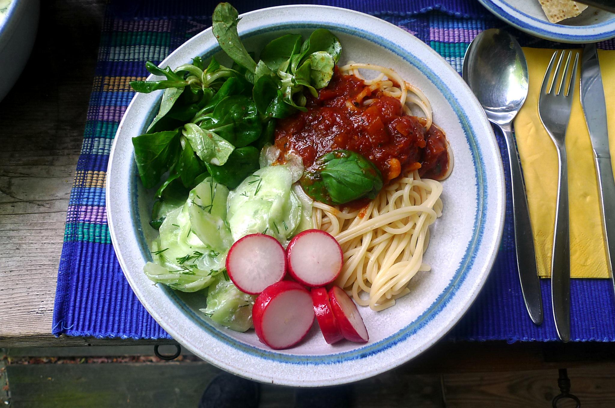 23.5.16 - Kamut-Spaghetti,Tomatensoße,Salate,vegan (1)