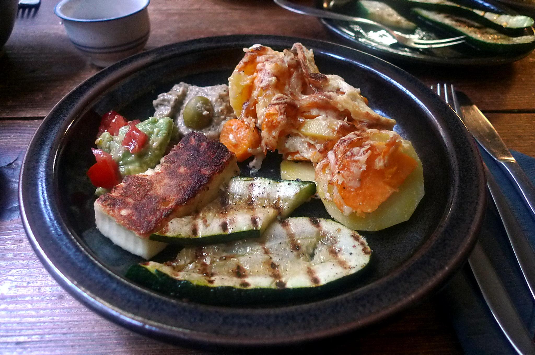 kartoffelgratingebratene-zucchinibaba-ganoushguacamoleolivengebackener-fetavegetarisch-1