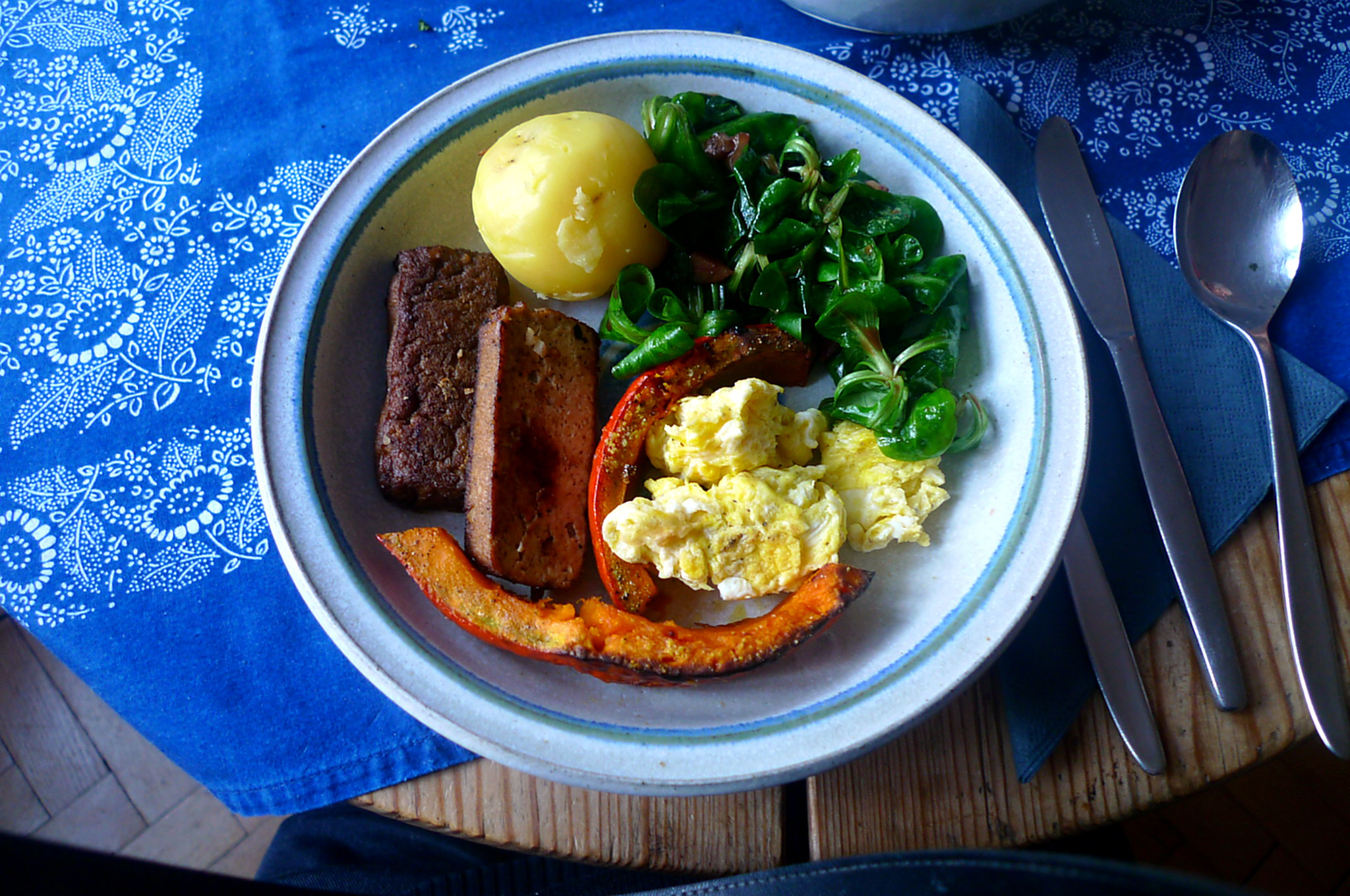 geraucherter-tofuhokkaidopellkartoffelnruhreifeldsalatmirabellenkompottvegetarisch-1