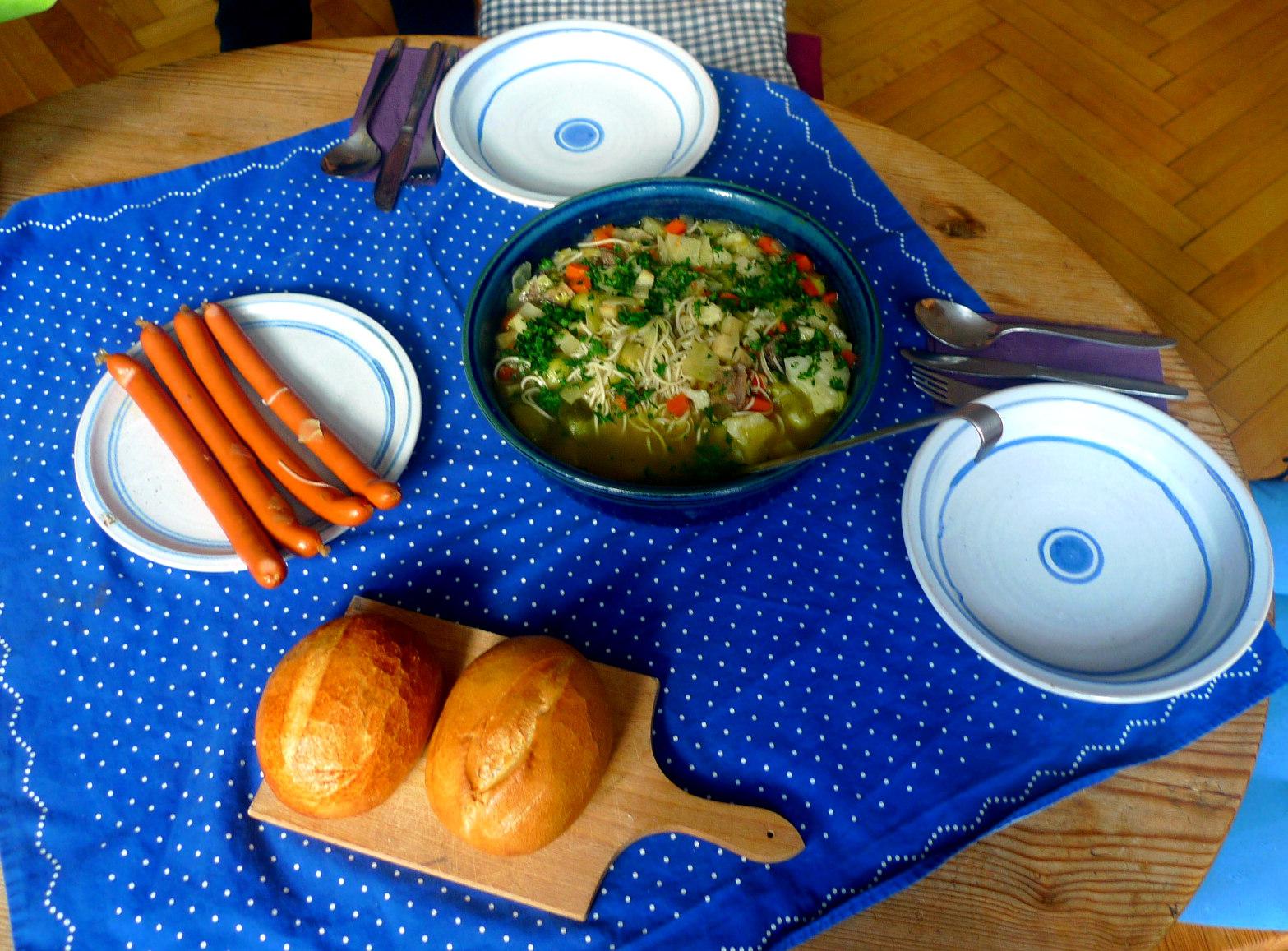 gemusesuppe-mit-nudeln-und-wiener-13
