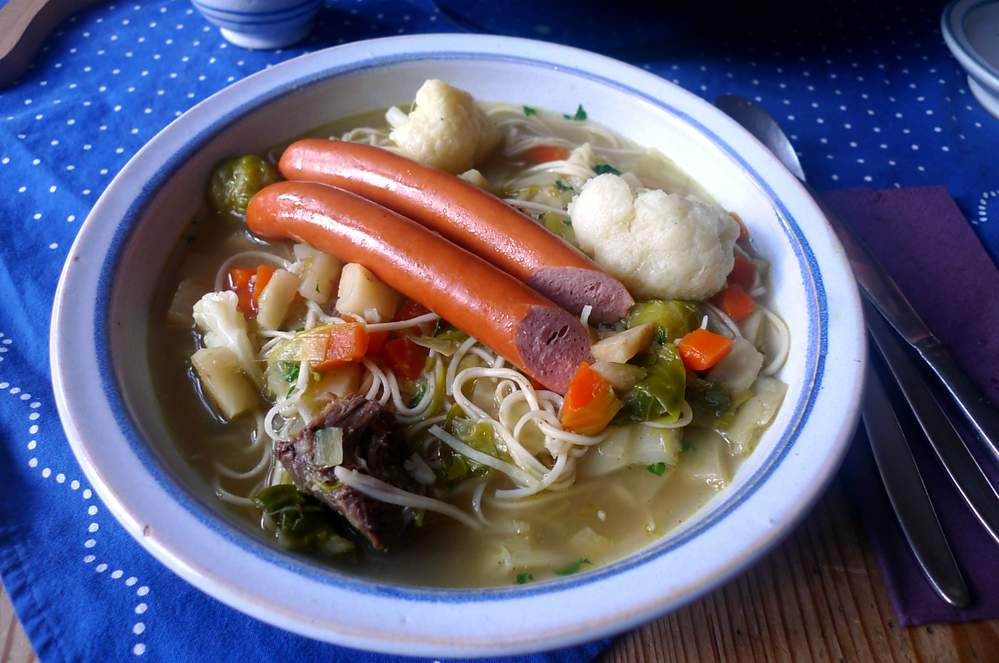 gemusesuppe-mit-nudeln-und-wiener-16