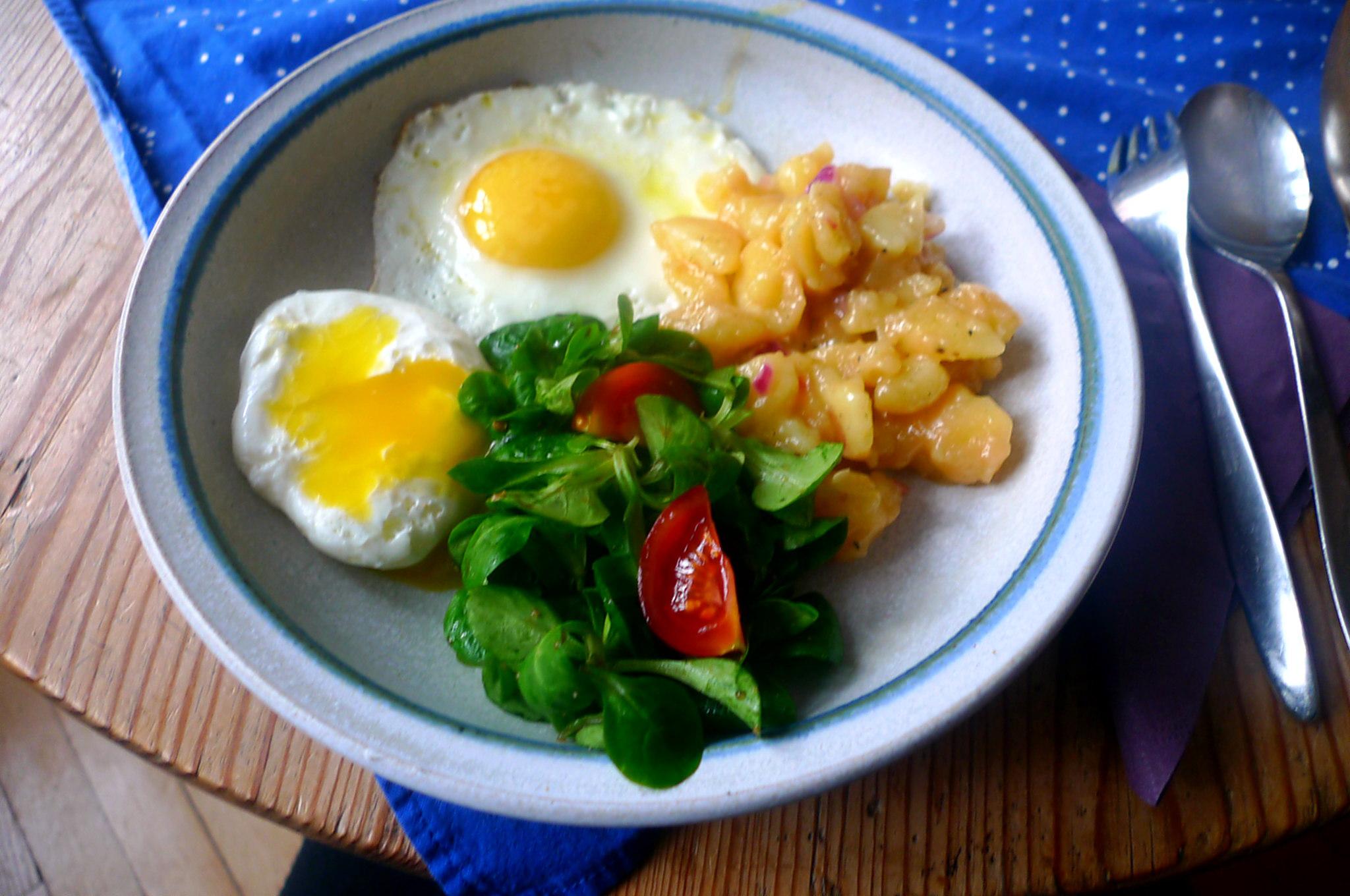 schwabischer-kartoffelsalatfeldsalatpochiertes-eispiegeleivegetarisch-13