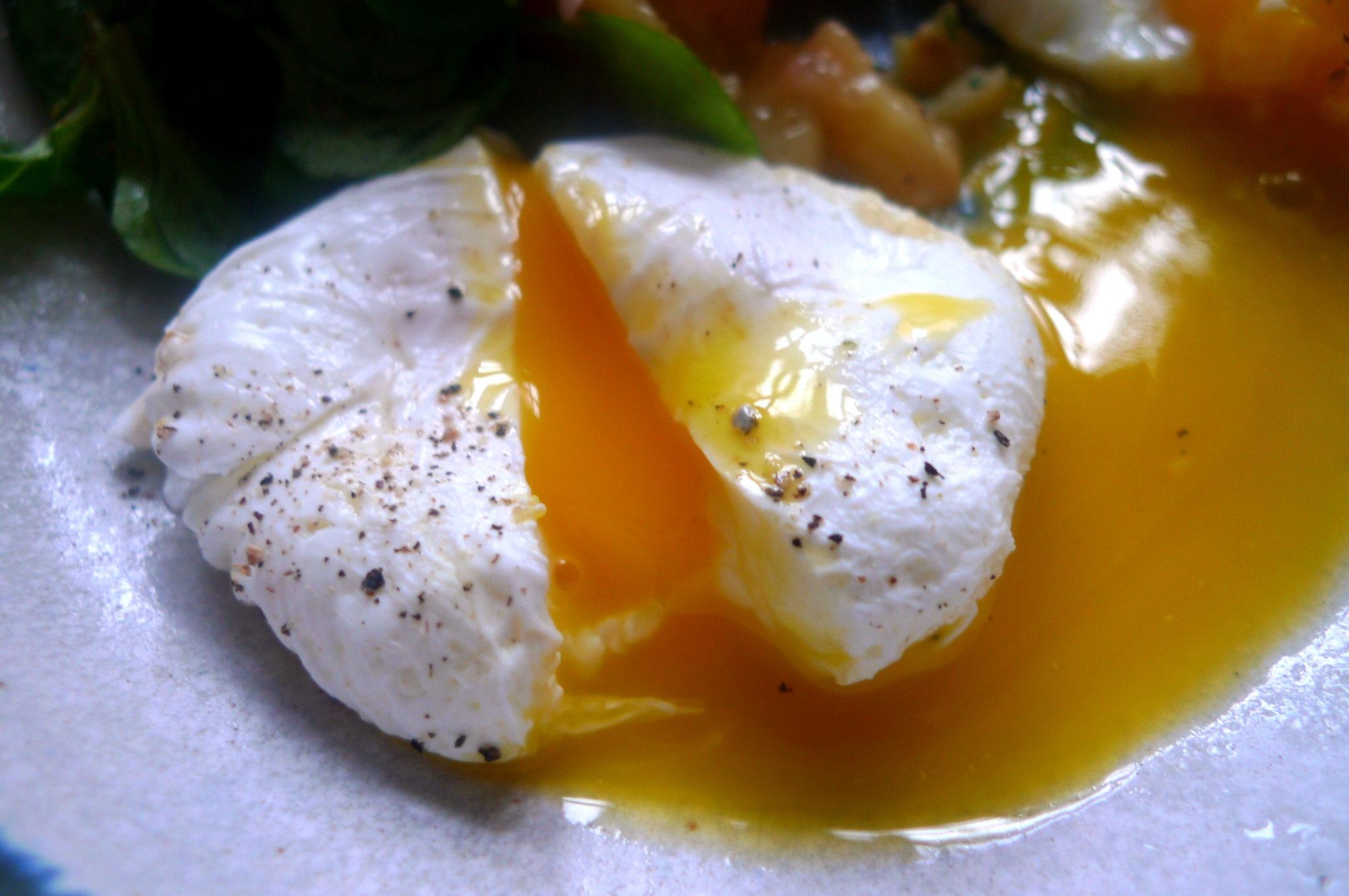 schwabischer-kartoffelsalatfeldsalatpochiertes-eispiegeleivegetarisch-14