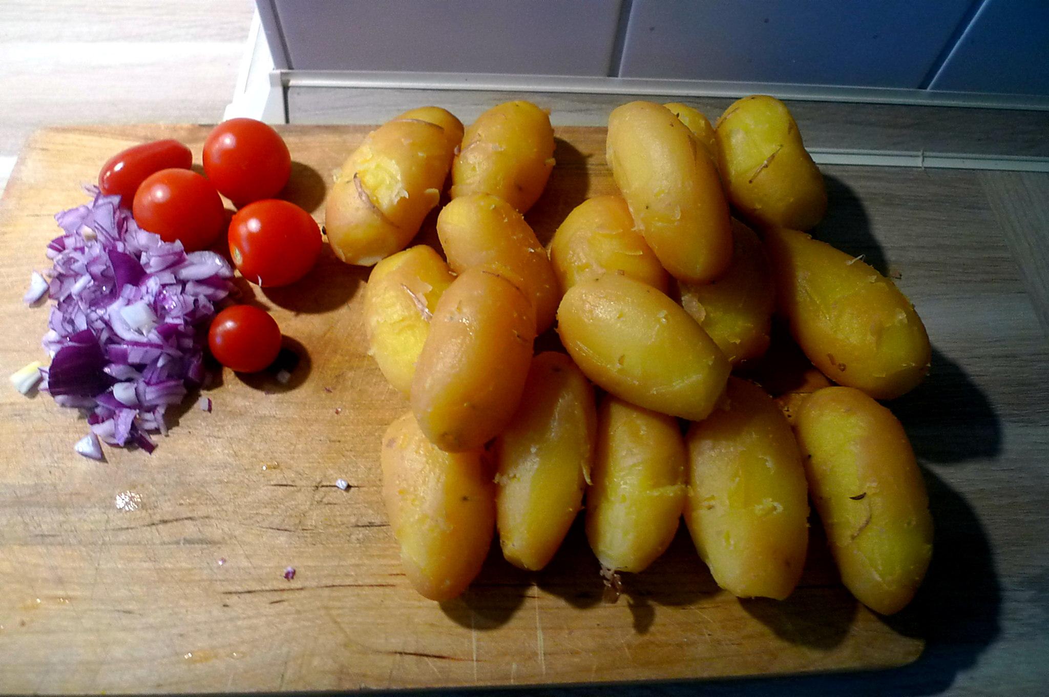 schwabischer-kartoffelsalatfeldsalatpochiertes-eispiegeleivegetarisch-5