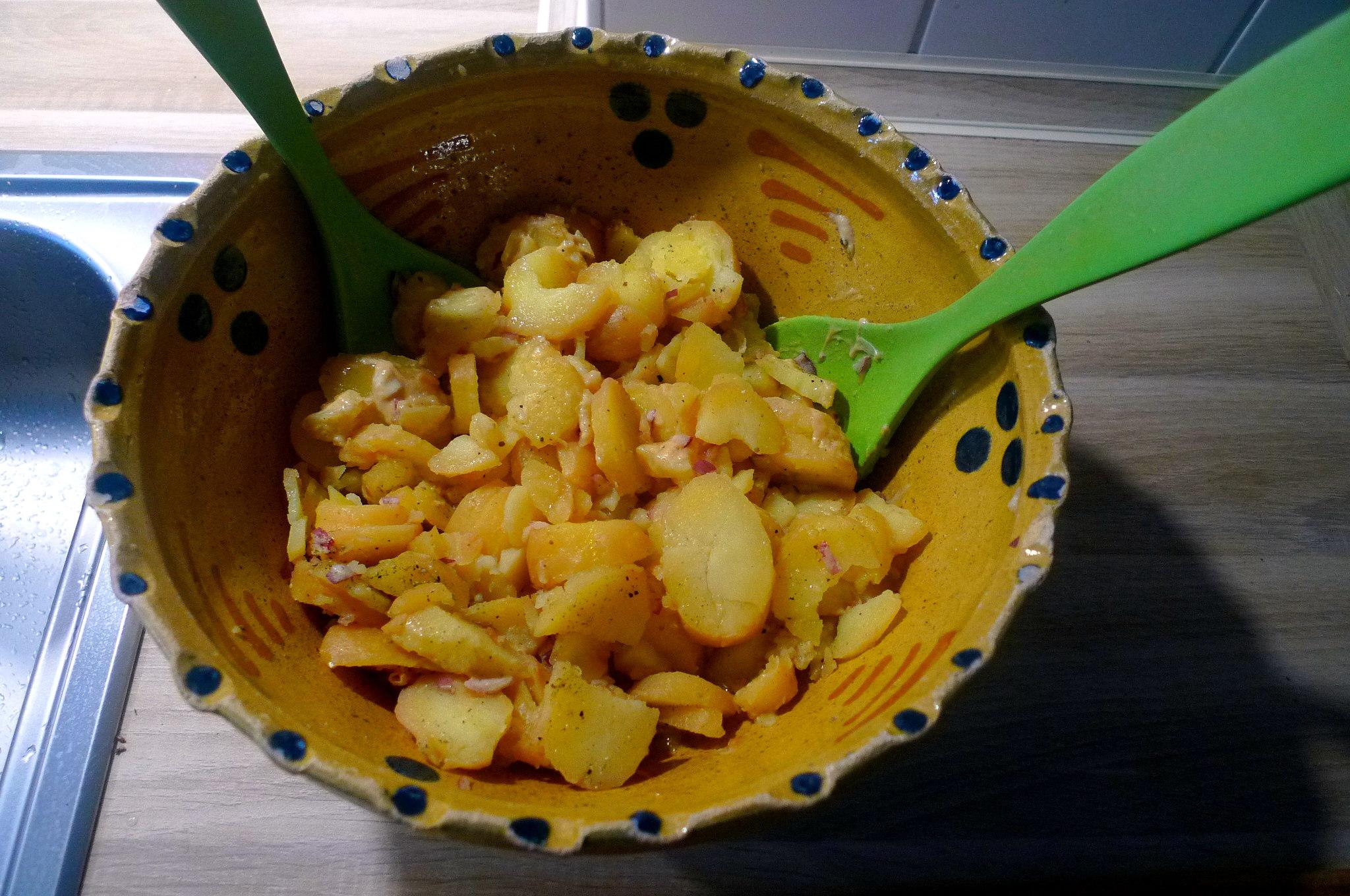 schwabischer-kartoffelsalatfeldsalatpochiertes-eispiegeleivegetarisch-7
