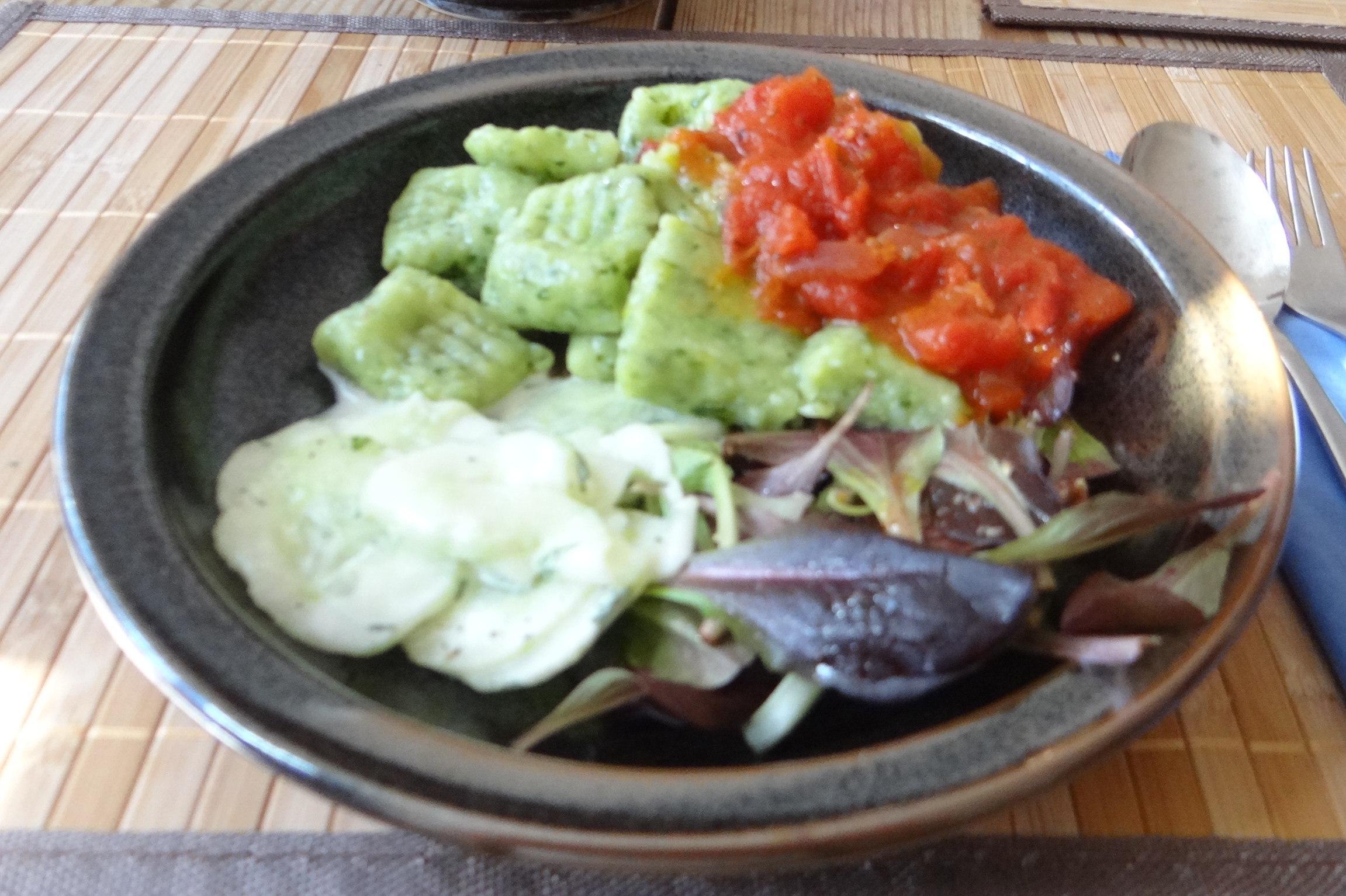 Bärlauchgnocchis,Tomatensugo,Salate (16)