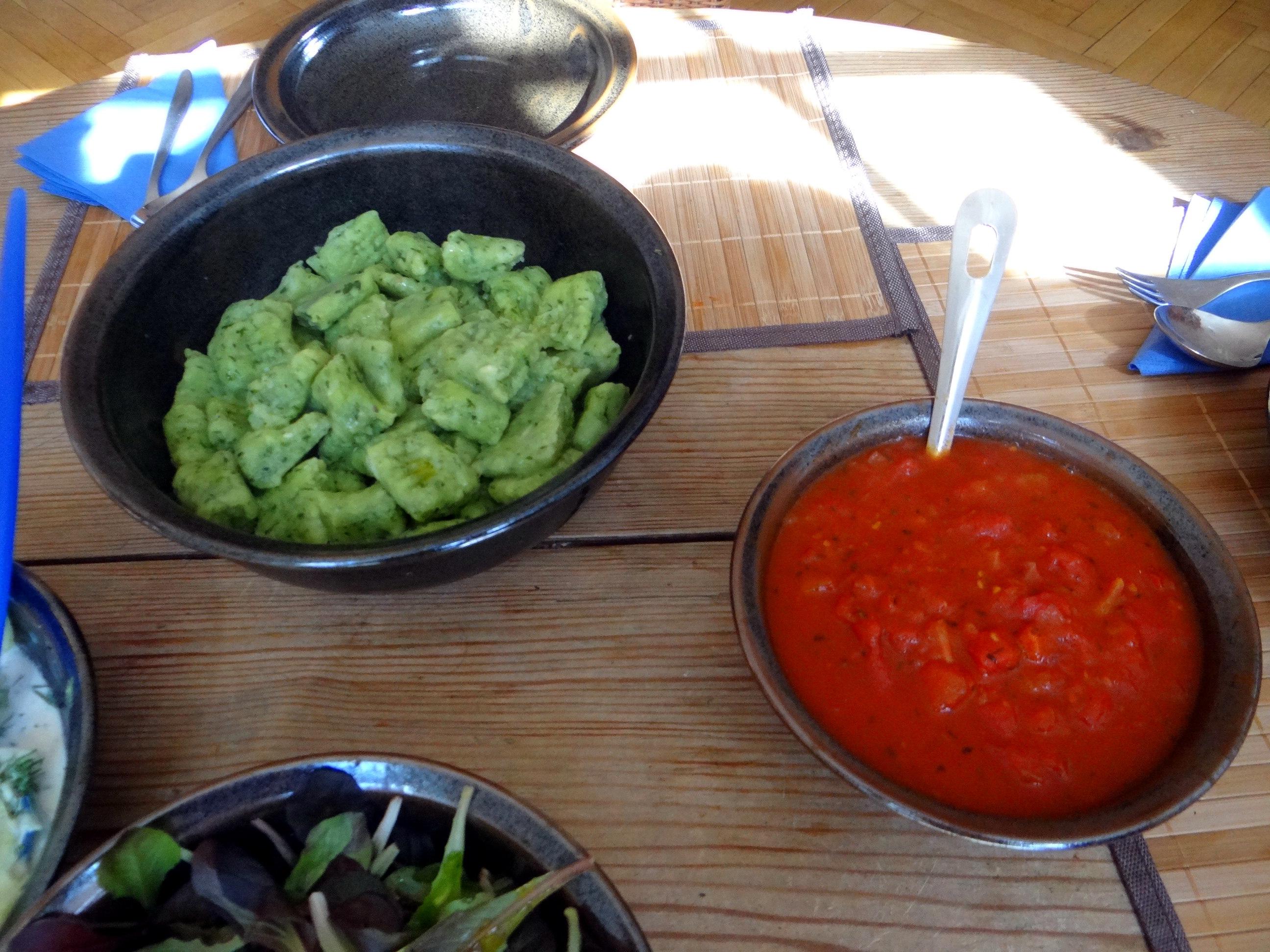 Bärlauchgnocchis,Tomatensugo,Salate (3)