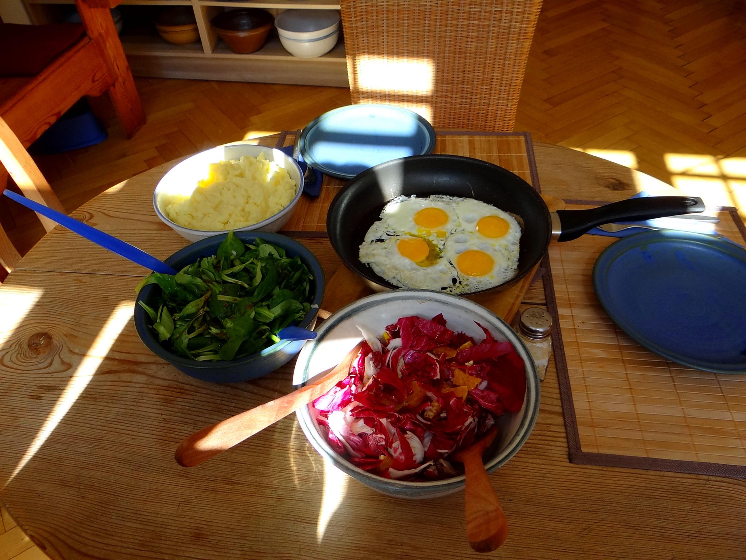 Kartoffelbrei,Salate,Spiegelei (2)