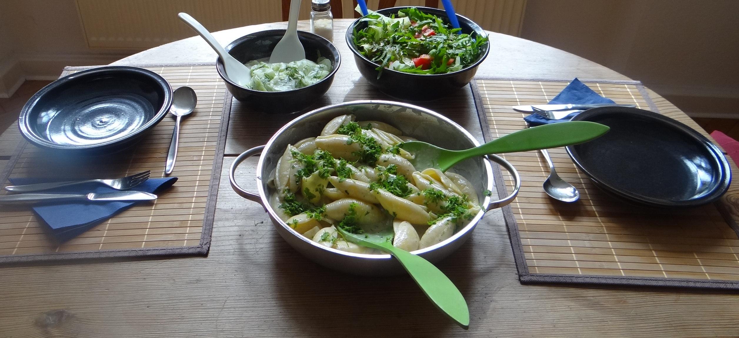 Muschelnudeln,Gorgonzolasauce,Salate (20)