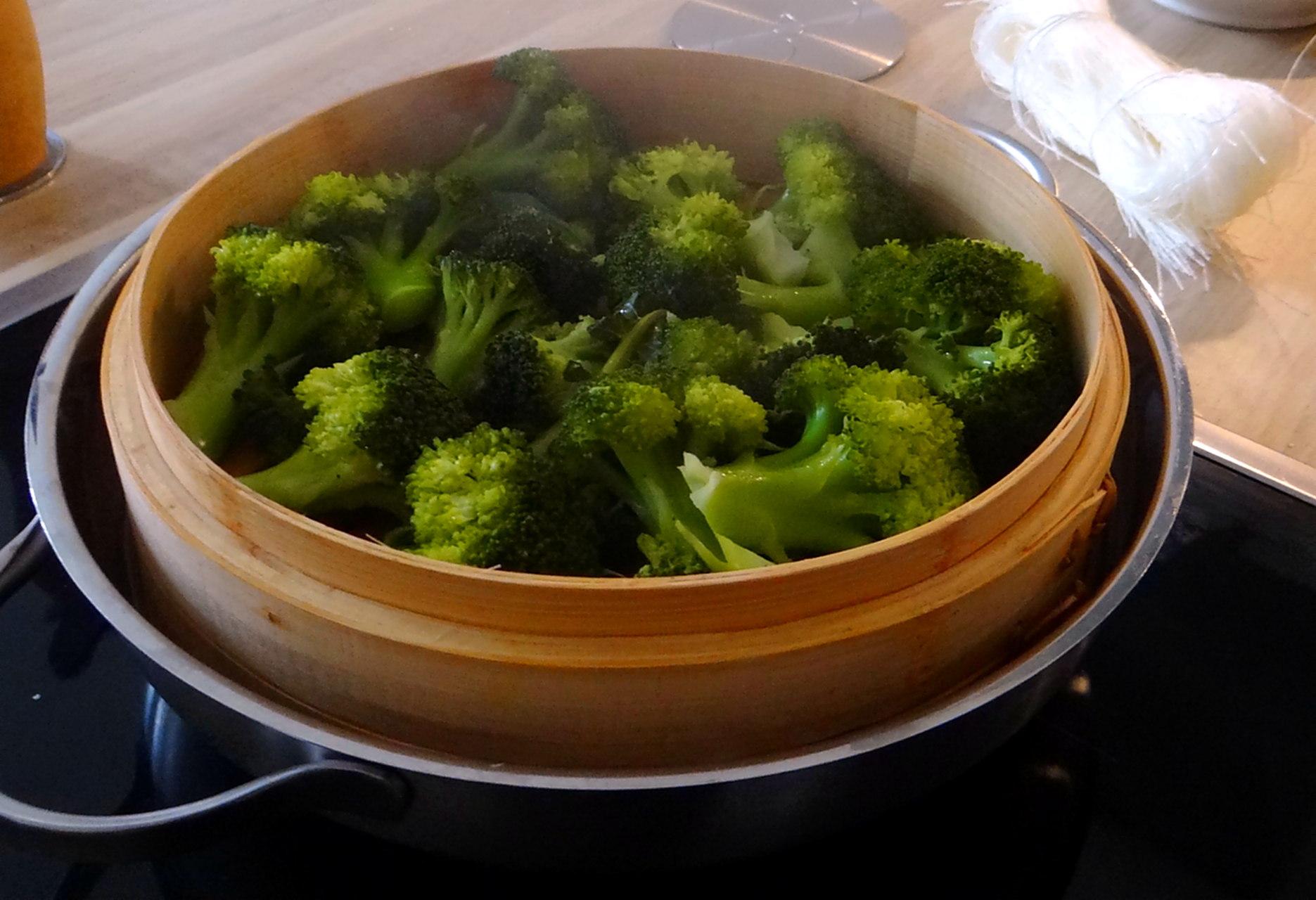 Brokkoli mit Erdnüssen und Glasnudeln (13a)