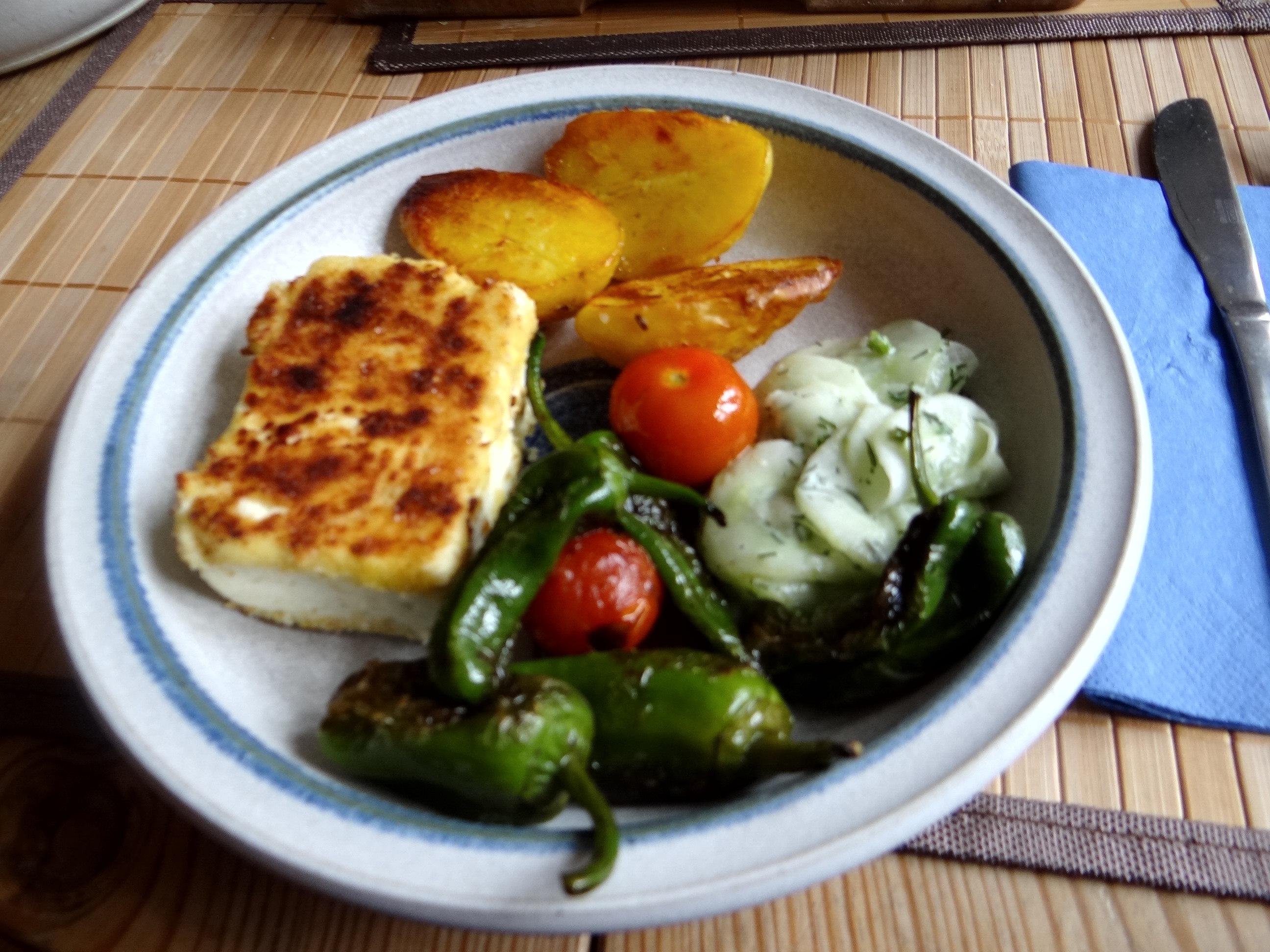 Gebackener Feta,Ofenkartoffel,Pimientos,Gurkensalat,Walleln (1)