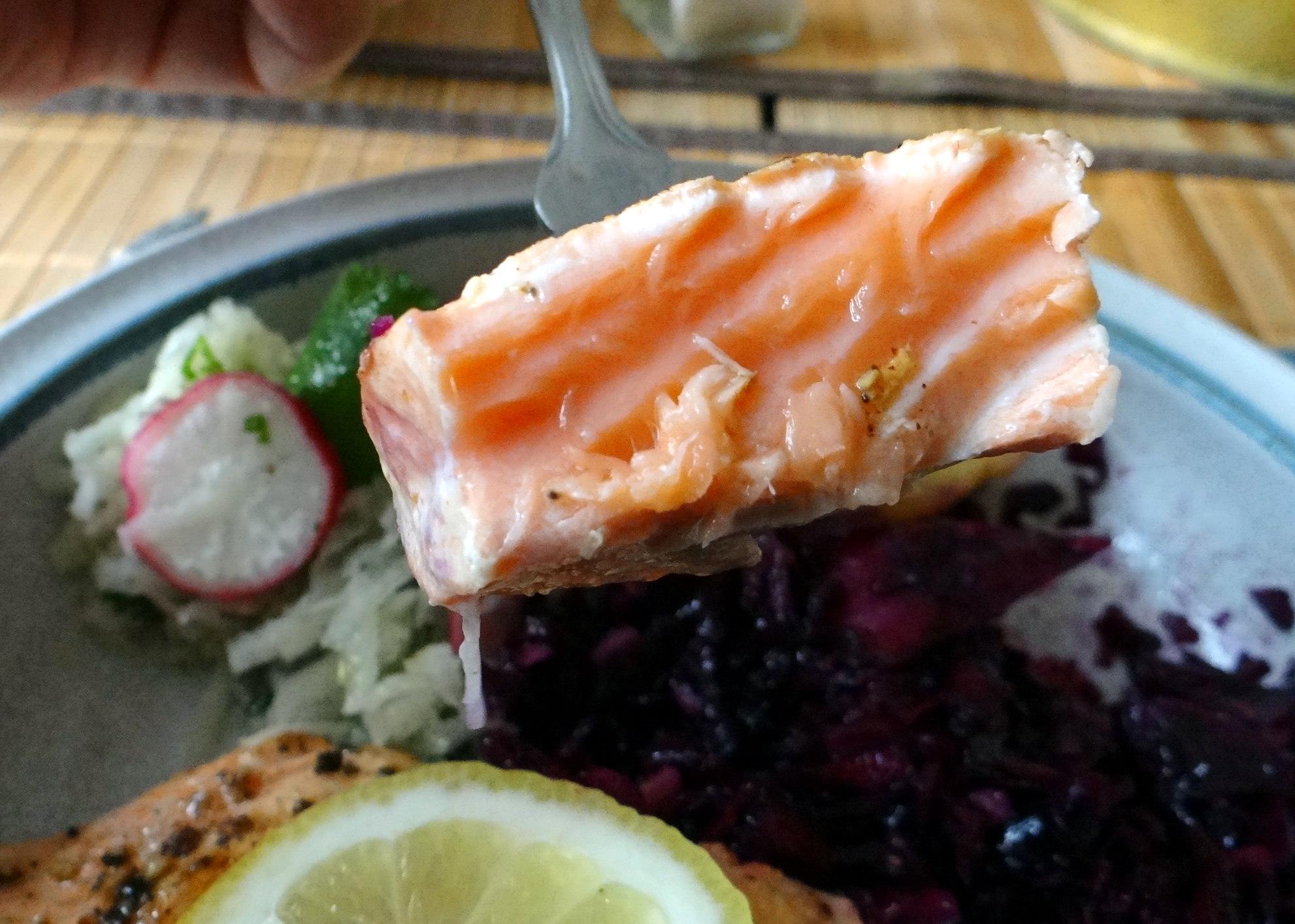 Lachs,Rotkrautsalat,Kohlrabisalat,Pellkartoffeln (2)
