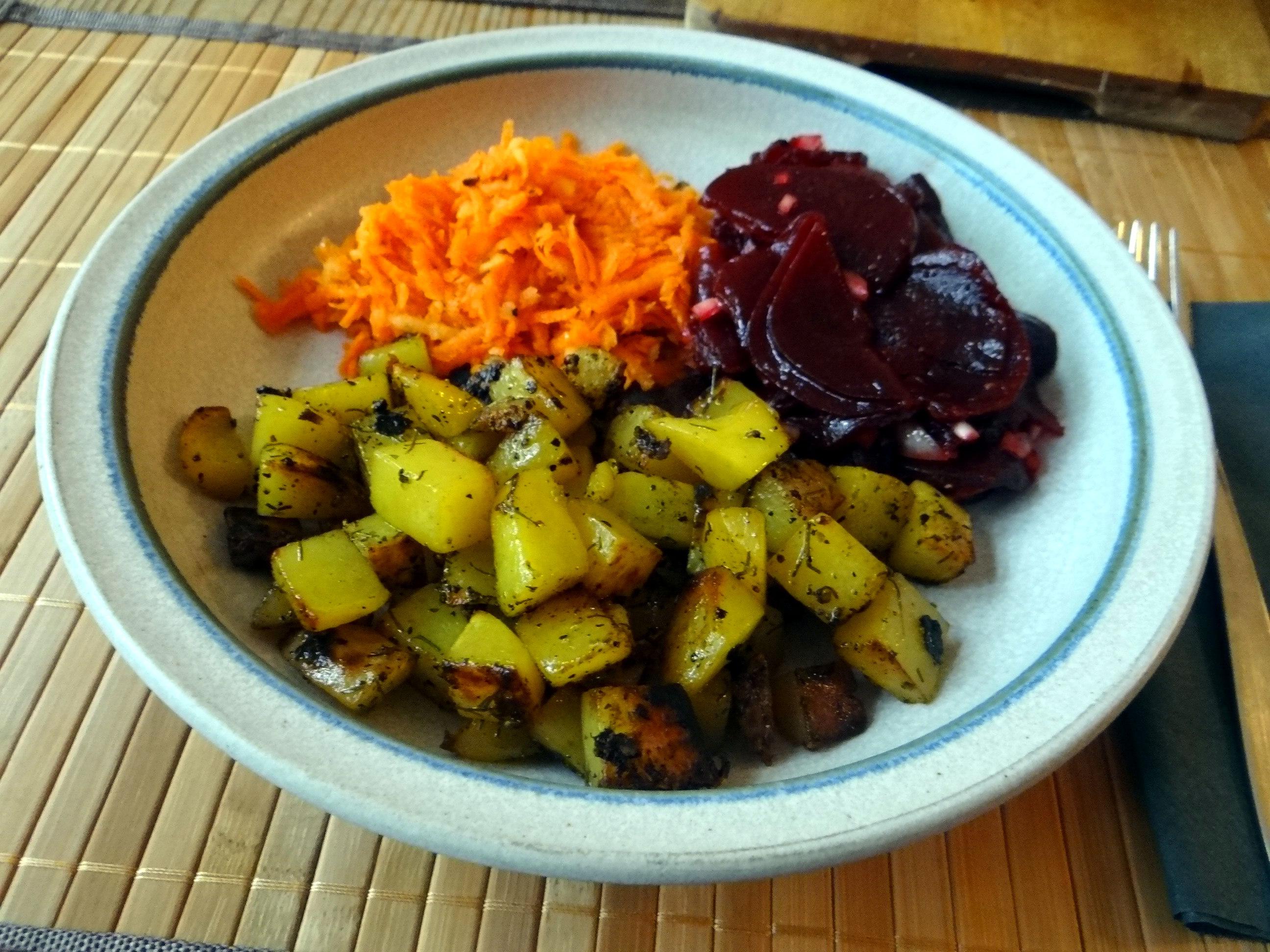 Rohgebratene Kartoffeln,Möhrensalat,Rote Bete Salat (16)