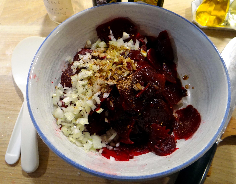 Rohgebratene Kartoffeln,Möhrensalat,Rote Bete Salat (9)