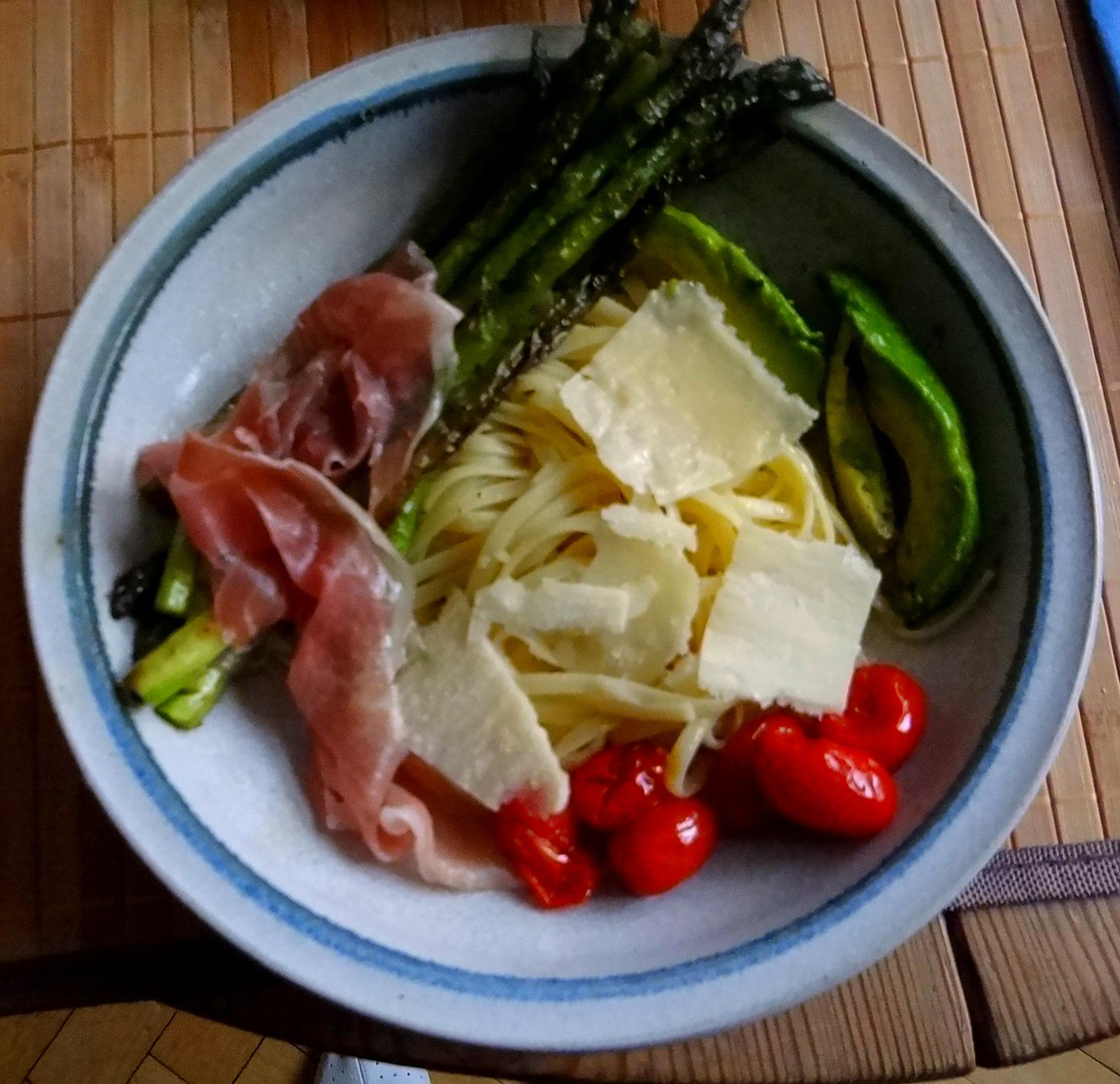 Spaghetti,Grana Padano,Prosciutto di San Daniele,grüner Spargel,Bärlauchpesto,Avocado (15)