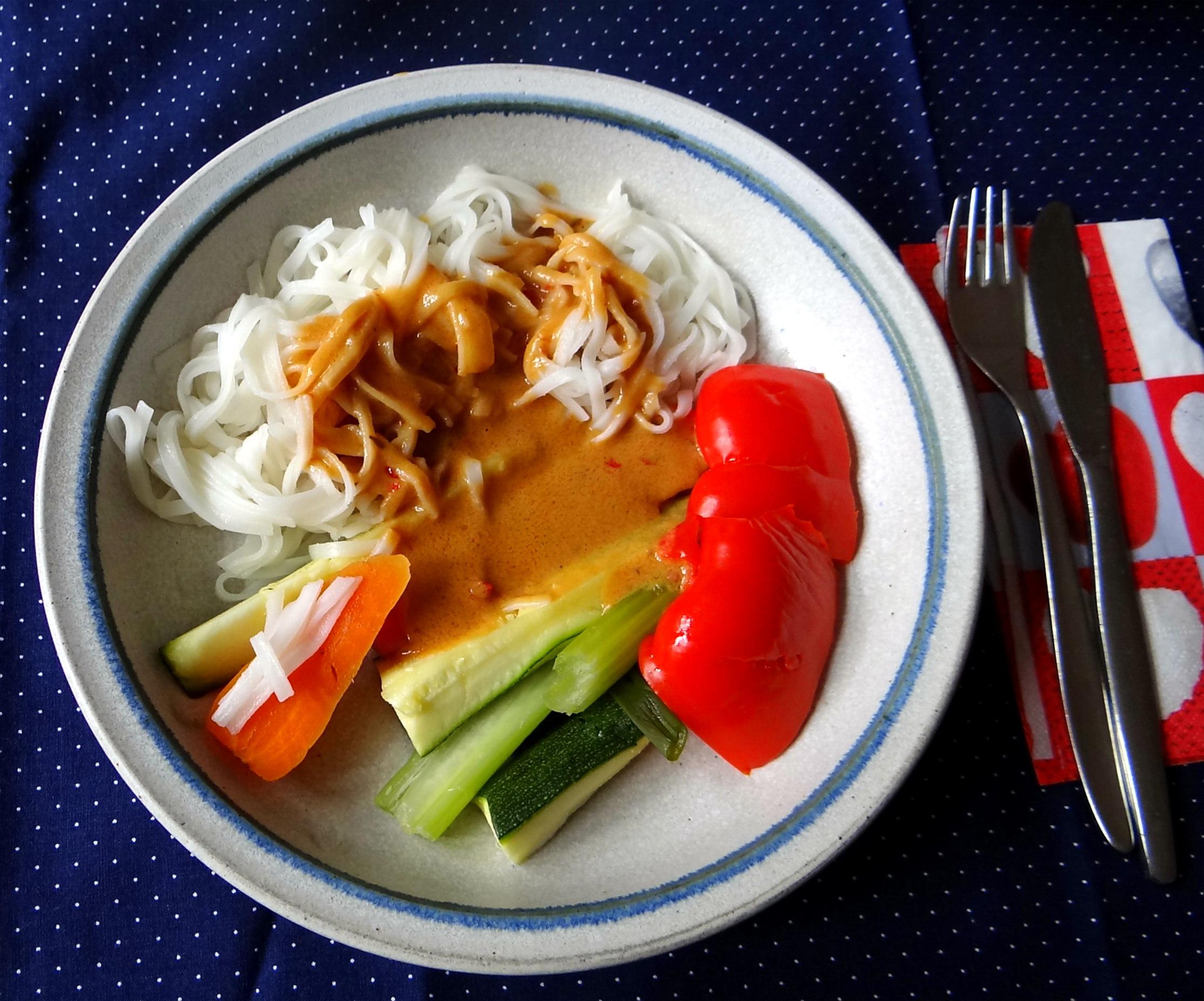 Gado Gado,Reisnudeln,gedämpftes Gemüse,Rührkuchen (1)