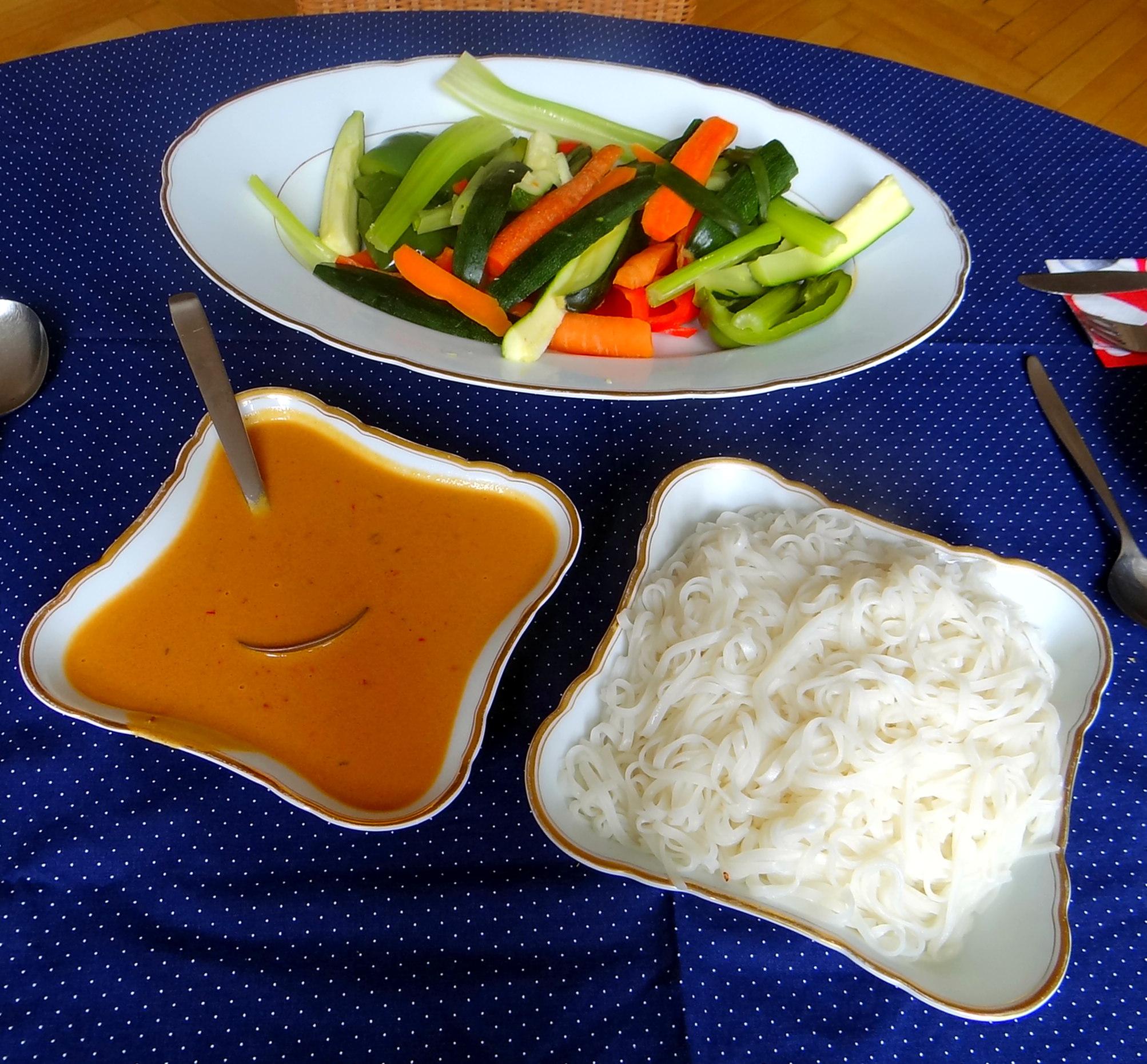 Gado Gado,Reisnudeln,gedämpftes Gemüse,Rührkuchen (20)