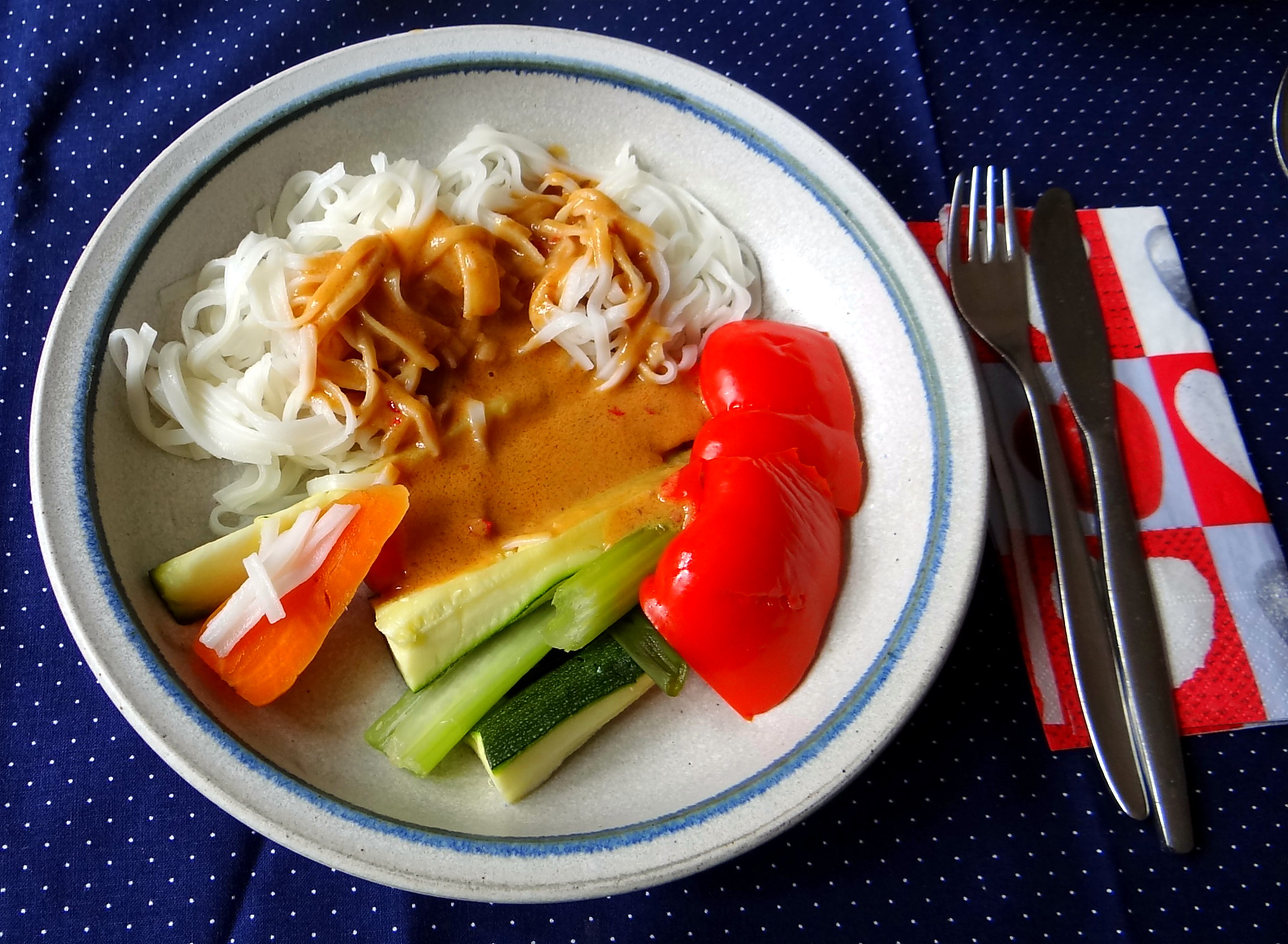 Gado Gado,Reisnudeln,gedämpftes Gemüse,Rührkuchen (23)